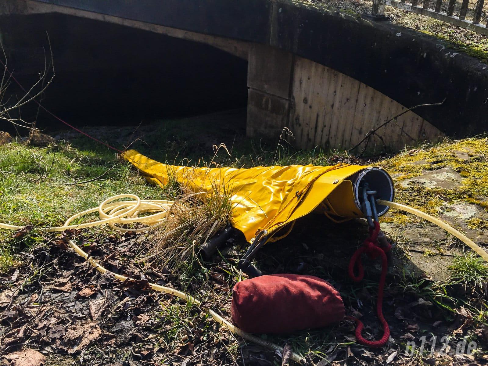 Bereit für den Einsatz: Innerhalb kurzer Zeit hatten die Feuerwehrleute eine Ölsperre bereitgelegt (Feuerwehrleute beobachten das Wasser bachaufwärts auf Öl (Foto: Stefan Simonsen/n112.de)
