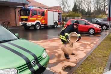 Großflächig streute die Feuerwehr den Parkplatz in Bad Münder ab, auf dem ein Auto Betriebsstoffe verloren hatte (Foto: Stefan Simonsen/n112.de)