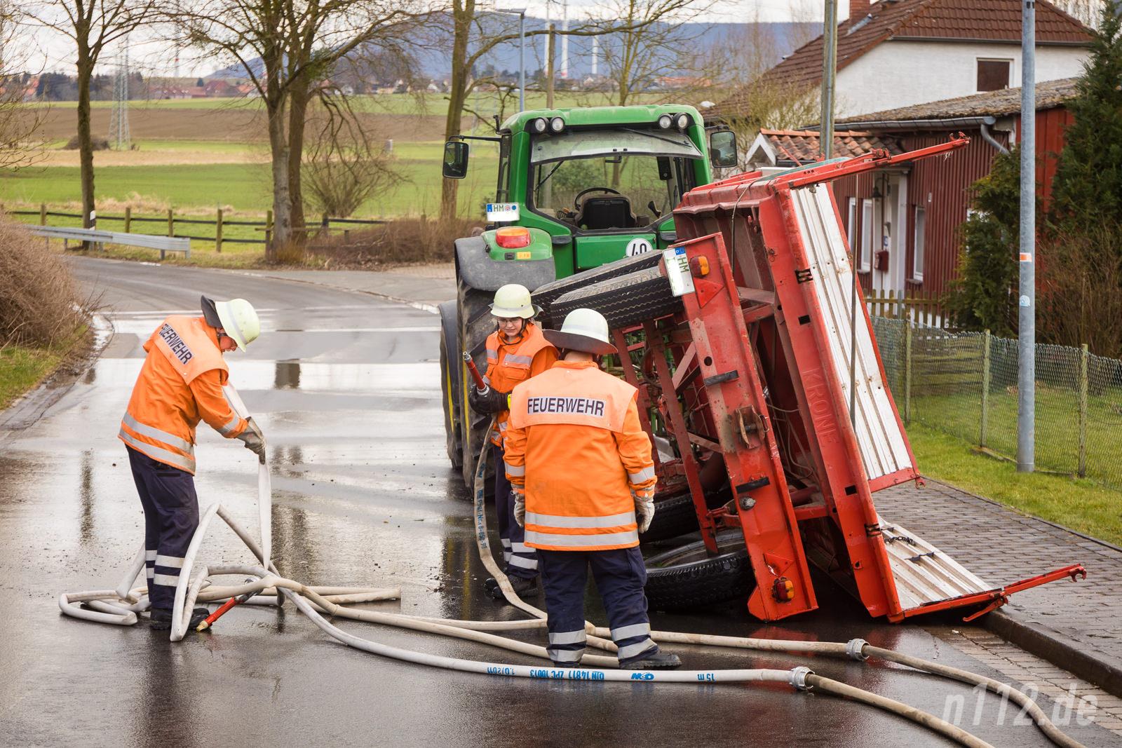 Der umgestürzte Anhänger wird von der Feuerwehr mit Wasser gereinigt (Alle Fotos: n112.de/Stefan SImonsen