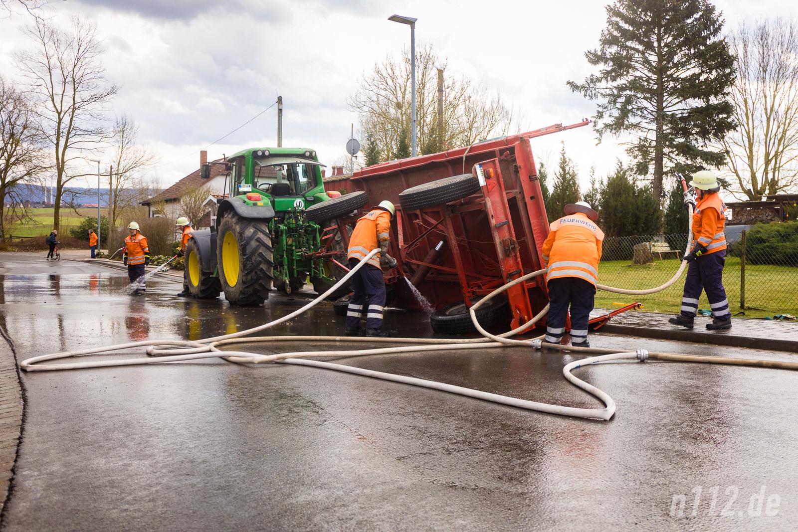 Der umgestürzte Anhänger wird von der Feuerwehr mit Wasser gereinigt (Alle Fotos: n112.de/Stefan Simonsen)