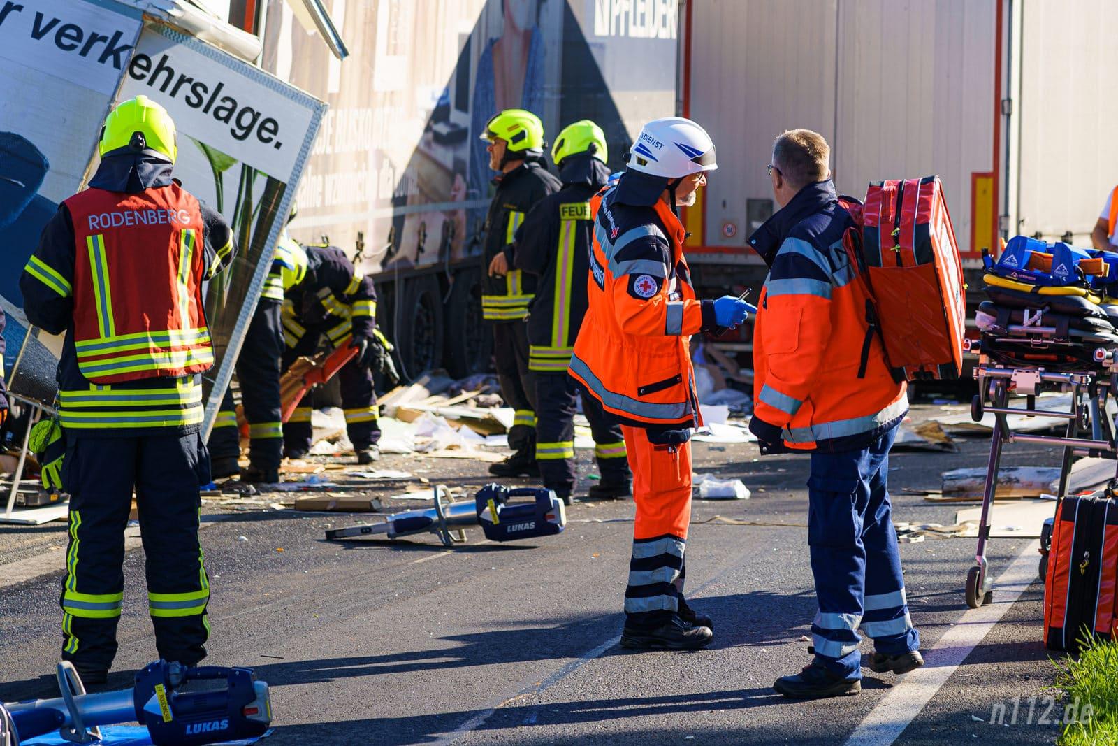 Notfallsanitäter besprechen das weitere Vorgehen, nachdem sie sich einen ersten Überblick verschafft haben (Foto: n112.de/Stefan Simonsen)