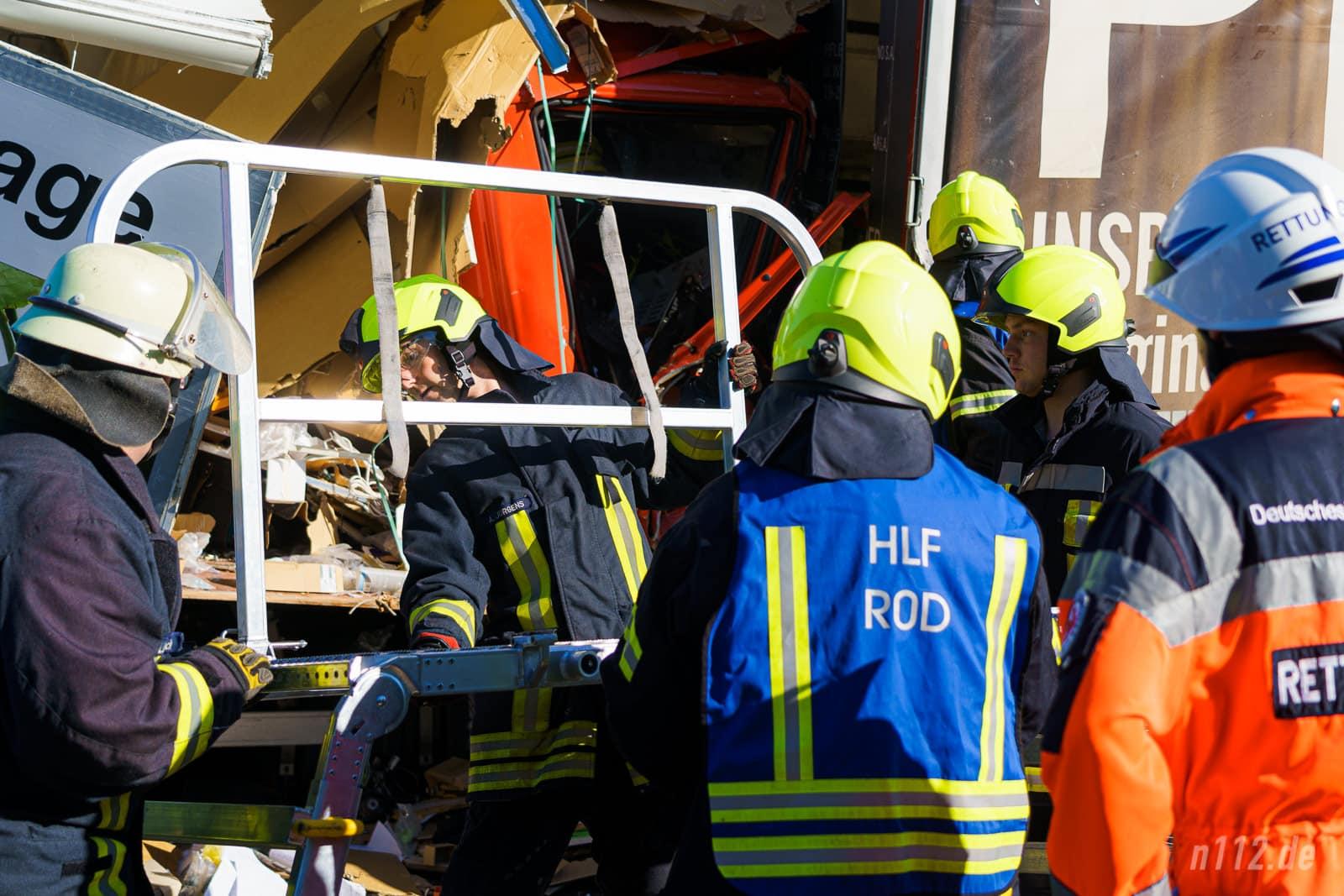 Helfer bauen eine Rettungsbühne auf, um auf der Ebene der Fahrerkabine arbeiten zu können (Foto: n112.de/Stefan Simonsen)
