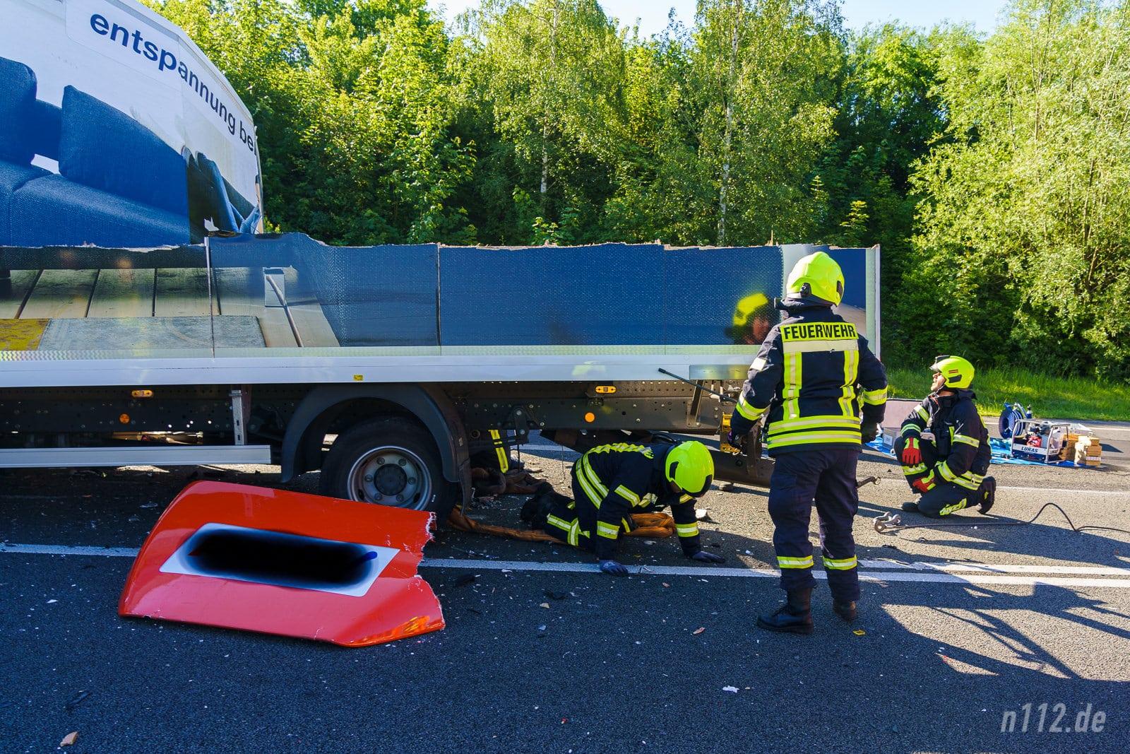 Der Kofferaufbau des Möbel-LKW wurde großflächig abgerissen (Foto: n112.de/Stefan Simonsen)