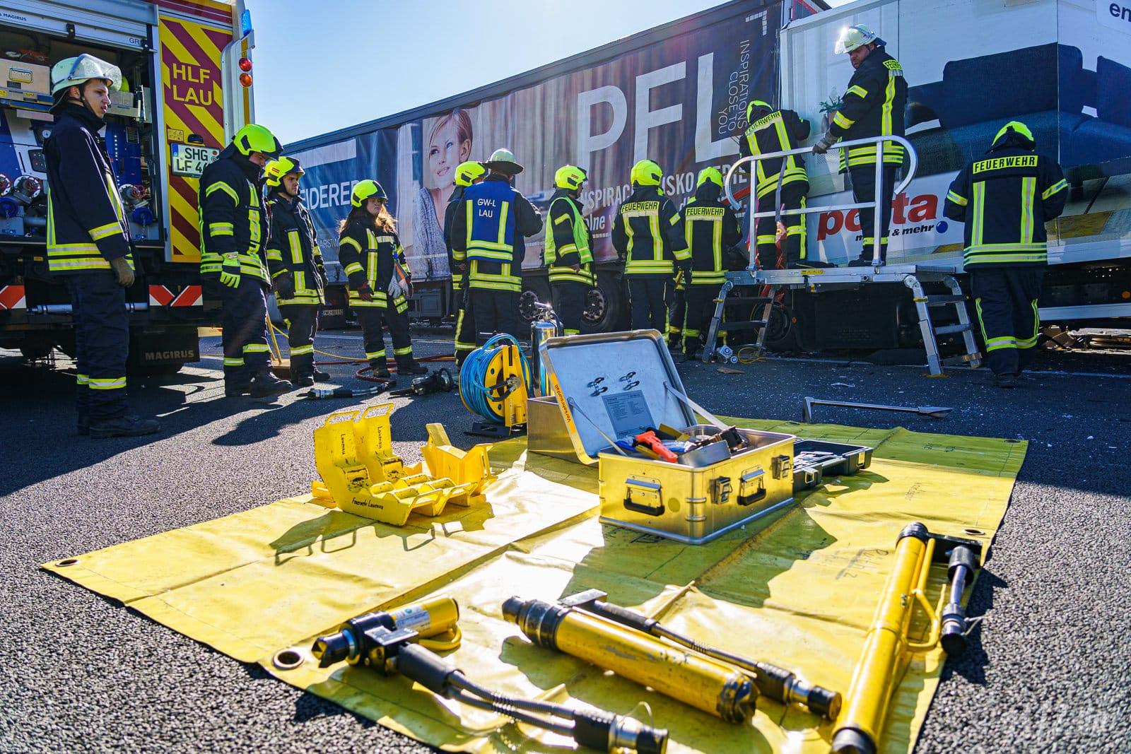 Mit jahrelanger Erfahrung hat die Feuerwehr ein System für die Ordnung an der Einsatzstelle entwickelt: So sind alle Geräte zur Befreiung von Eingeklemmten auch in der Hektik sofort zu finden (Foto: n112.de/Stefan Simonsen)