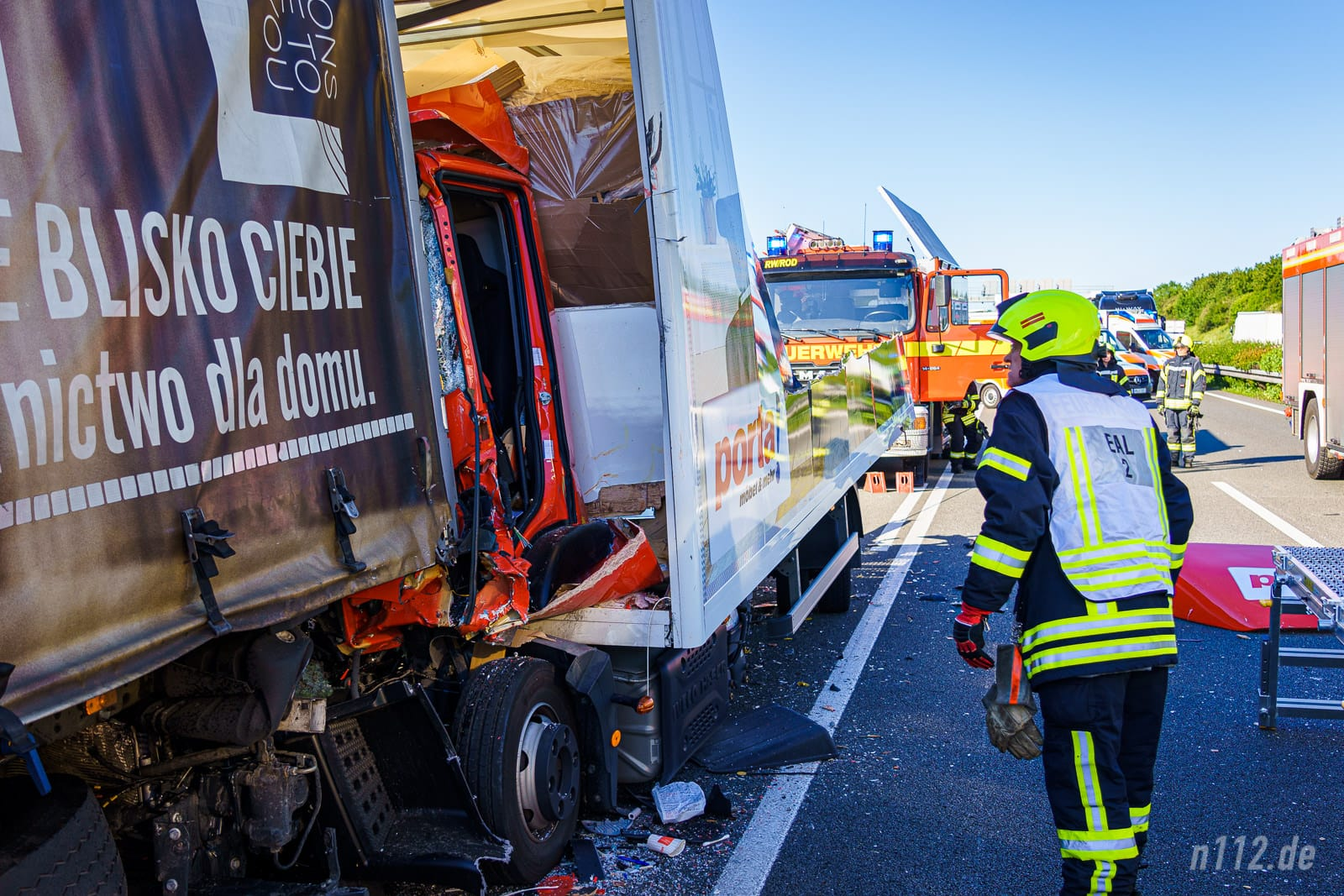 Jede Hilfe kam zu spät: Der Fahrer des Möbel-LKW konnte nicht mehr gerettet werden (Foto: n112.de(Stefan Simonsen)