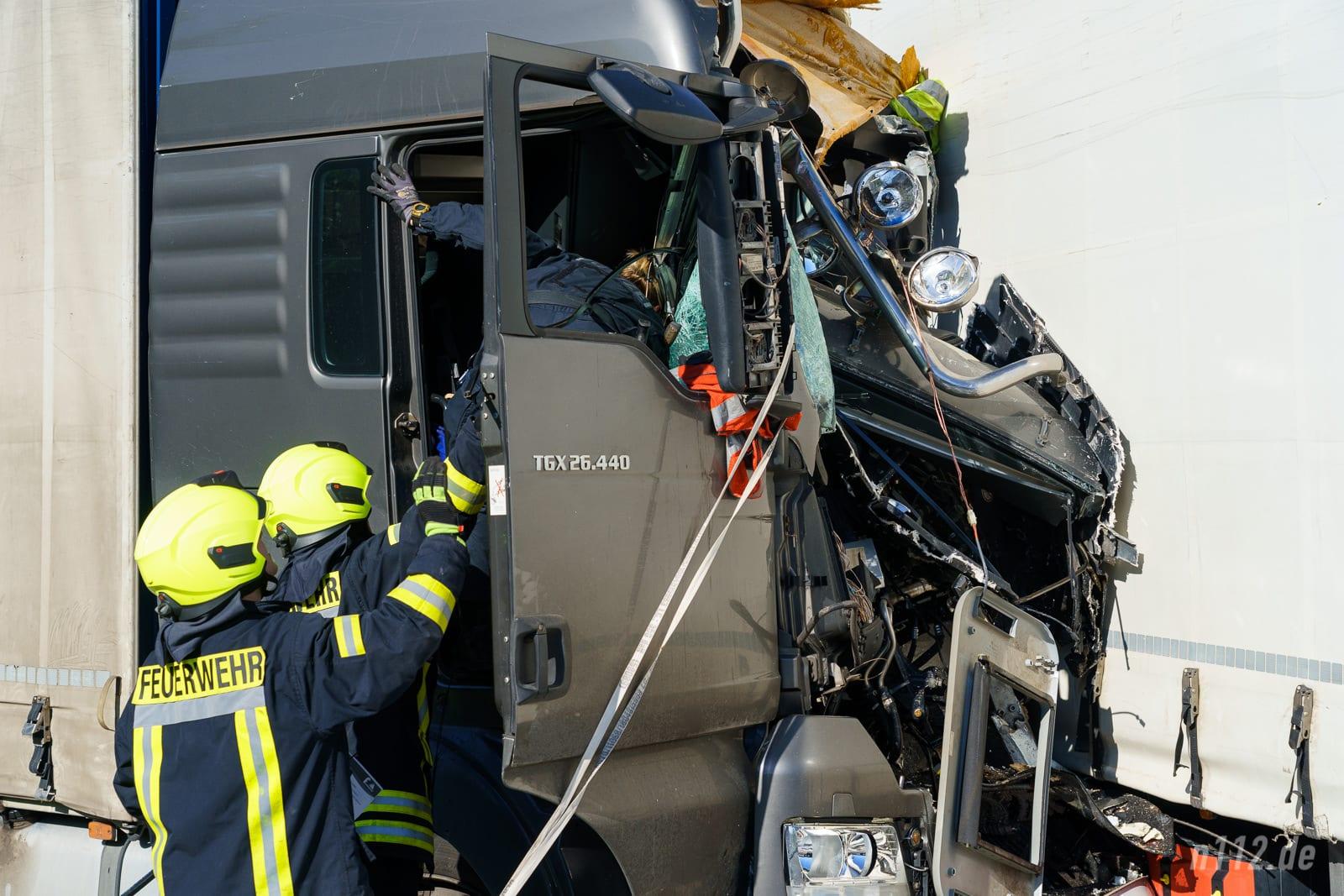 Eine Polizistin untersucht die Fahrerkabine des Verursachers (Foto: n112.de/Stefan Simonsen)