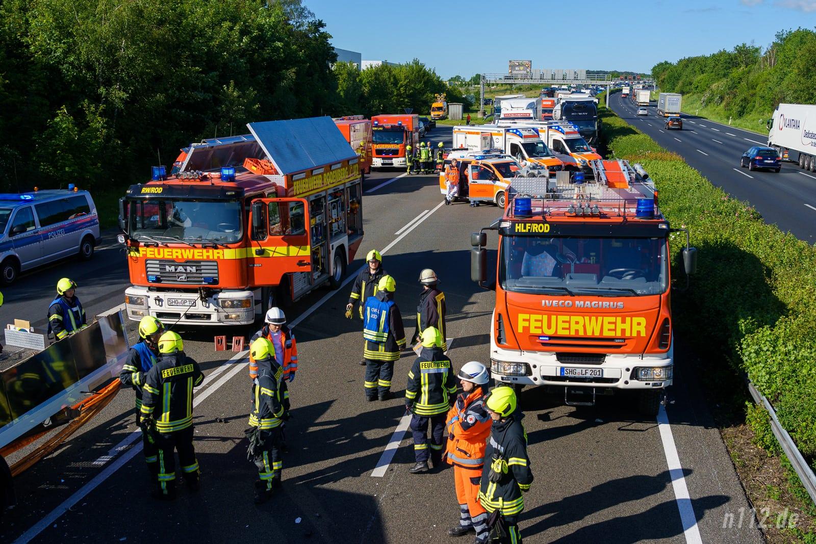 Nötig, aber kostspielig: Rüstwagen, wie links im Bild, sind teuer und müssen für schwere LKW-Unfälle in der Nähe von Autobahnen bereitstehen (Foto: n112.de/Stefan Simonsen)