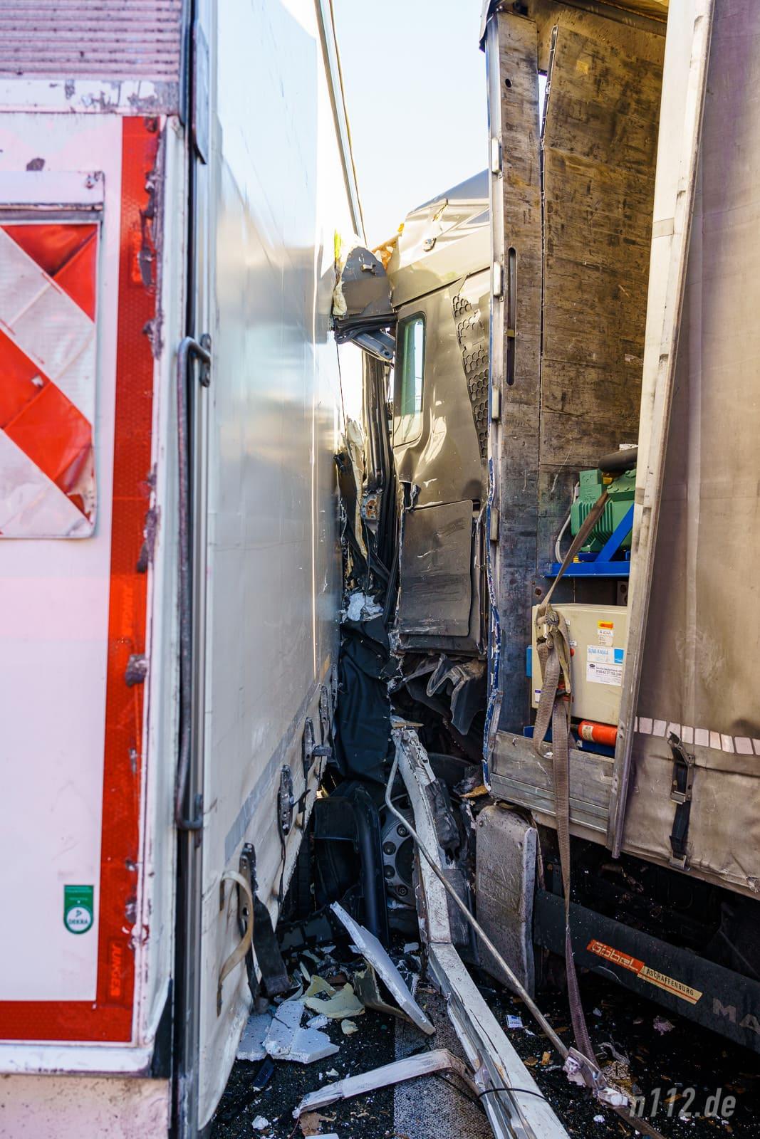 Unvorstellbare Kräfte: Die Zugmaschine des verursachenden Lastwagens wurde aufgerissen (Foto: n112.de/Stefan Simonsen)