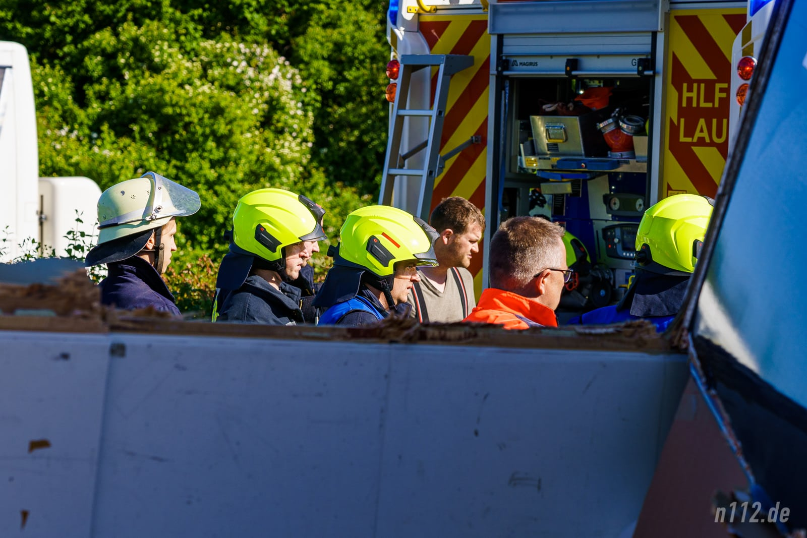 Feuerwehrleute besprechen die Bergung des Toten (Foto: n112.de/Stefan Simonsen)