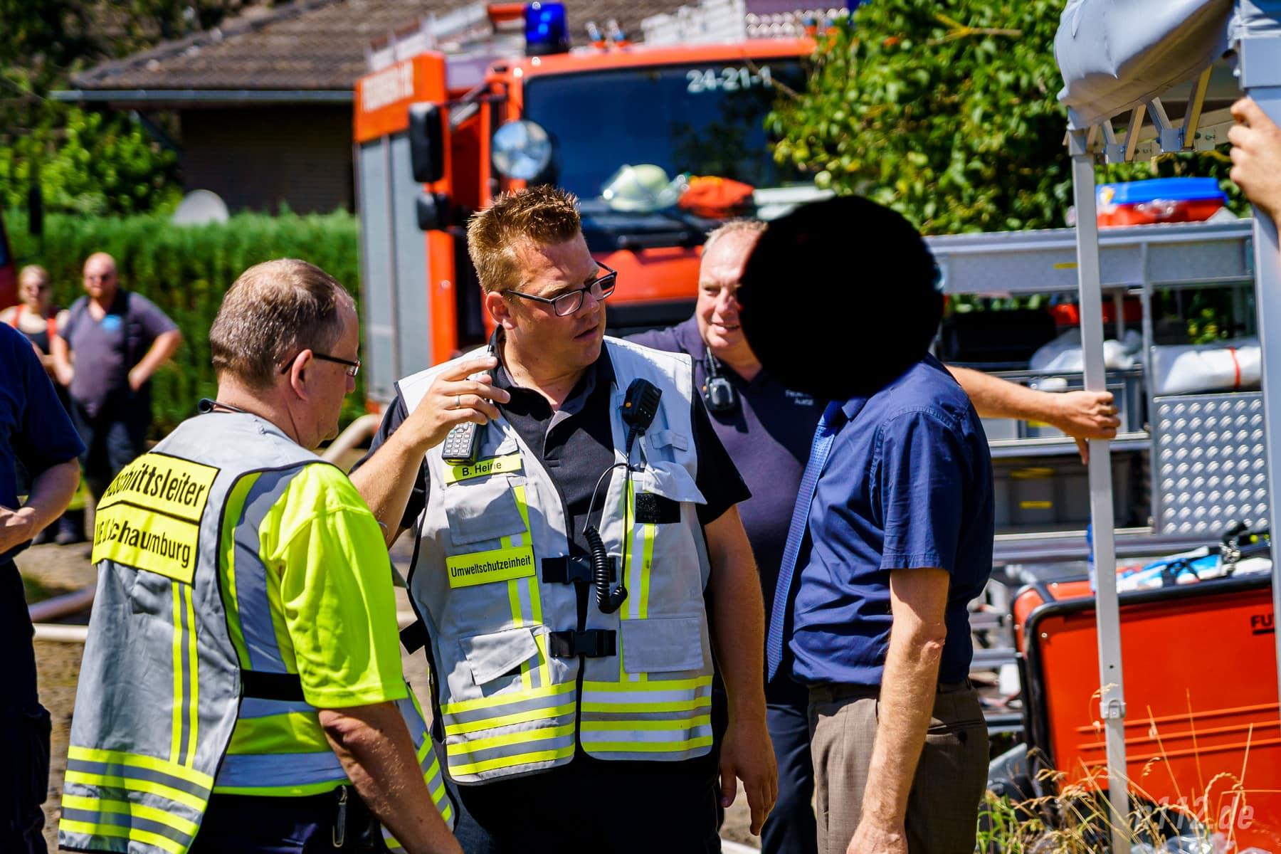 Einsatzleiter Benjamin Heine bespricht das weitere Vorgehen mit der Polizei (Foto: n112.de/Stefan Simonsen)