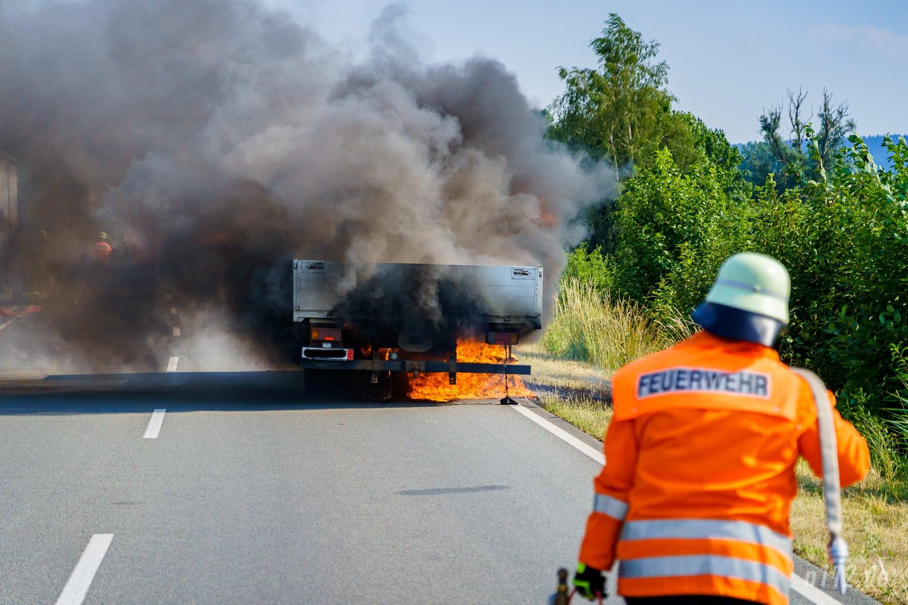 Flammen schlagen aus dem Kleinlastwagen (Foto: n112.de/Stefan Simonsen)