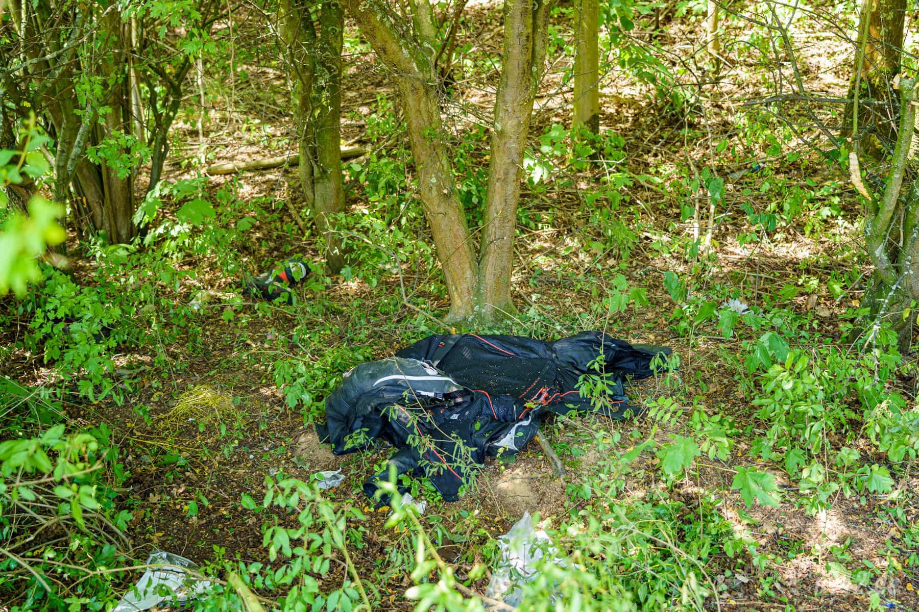 Die Motorradkombi liegt noch im Wäldchen - der Rettungsdienst hatte sie mit einer Kleiderschere entfernt (Foto: n112.de/Stefan Simonsen)