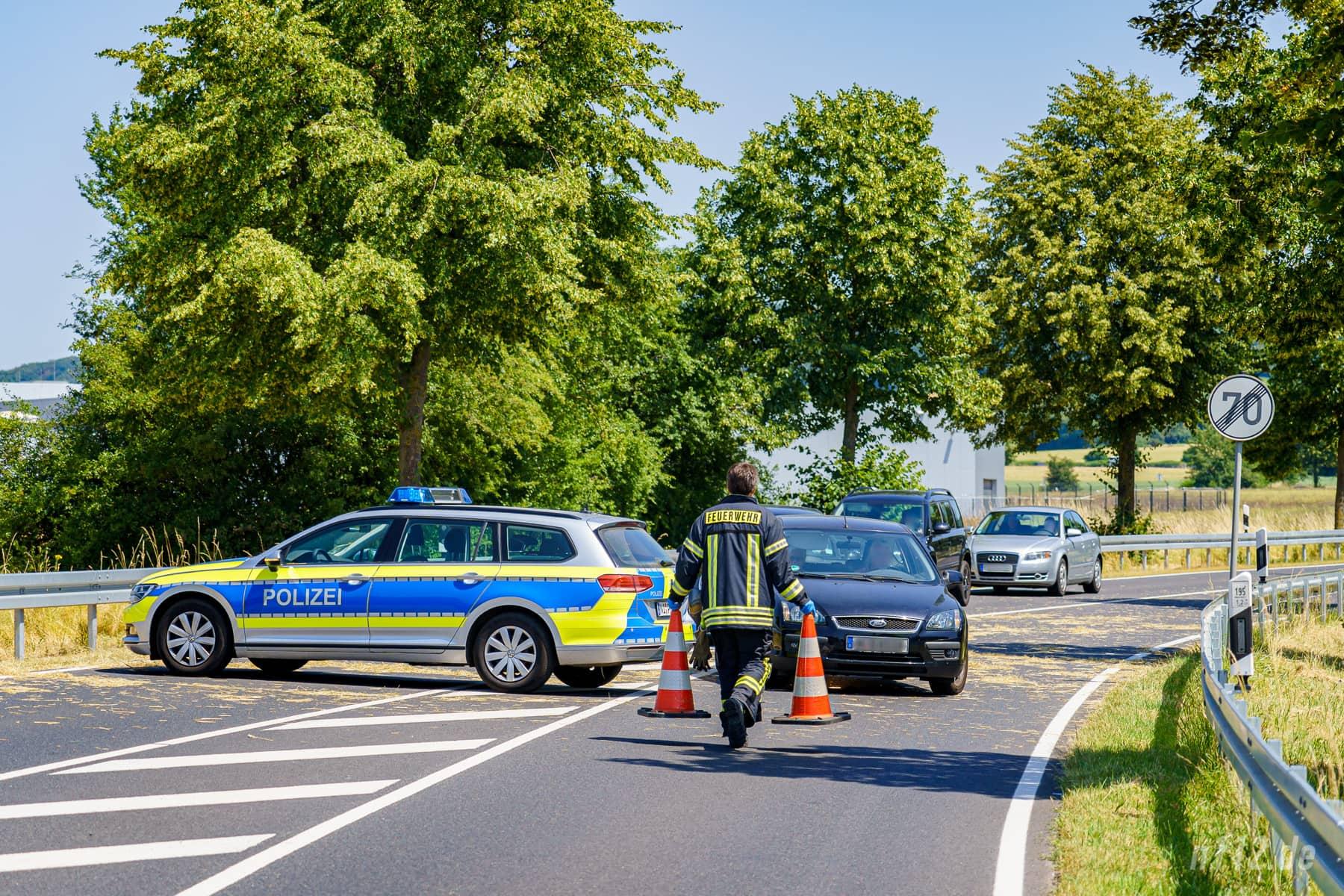 Keine Weiterfahrt: Ein Feuerwehrmann stellt Verkehrsleitkegel auf, nachdem eine Autofahrerin den quer stehenden Streifenwagen hatte umfahren wollen (Foto: n112.de/Stefan Simonsen)