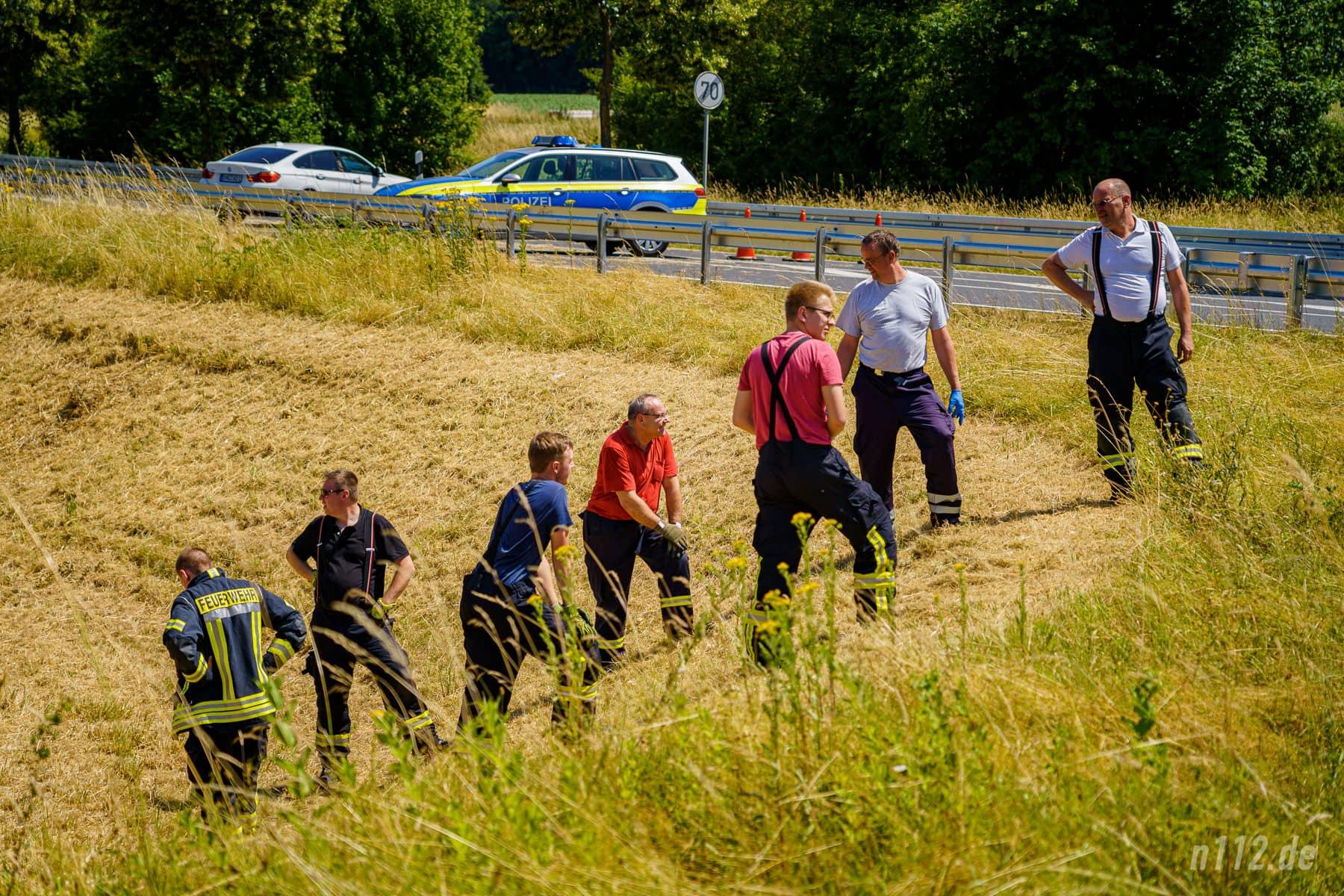 Menschenkette für einen sicheren Transport: Feuerwehrleute warten darauf, die Trage mit dem Verletzten die Böschung hinunter zu tragen (Foto: n112.de/Stefan Simonsen)