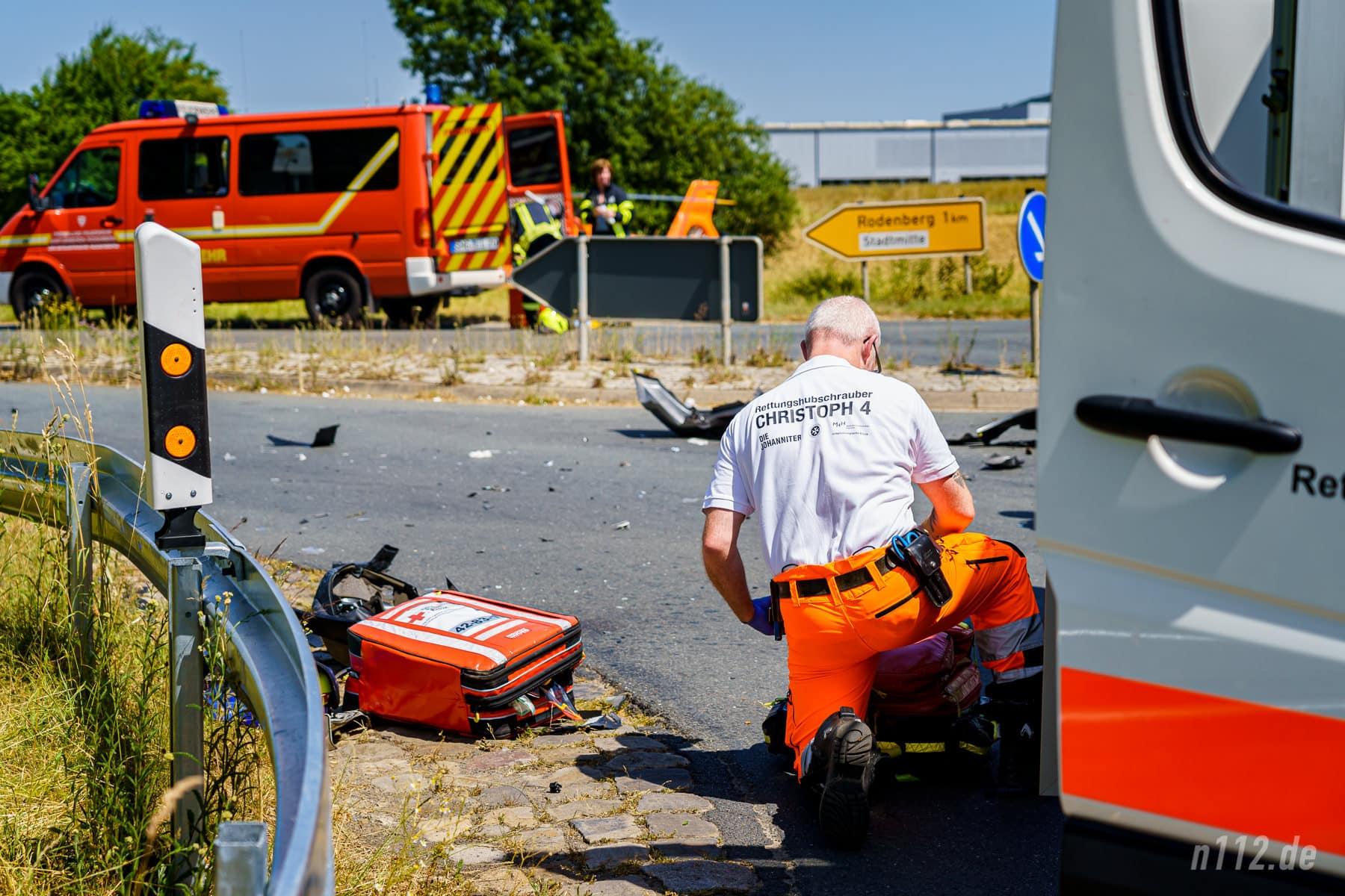 Ein Notfallsanitäter aus dem Rettungshubschrauber bereitet Medikamente vor und reicht sie anschließend dem Notarzt in den Rettungswagen (Foto: n112.de/Stefan Simonsen)