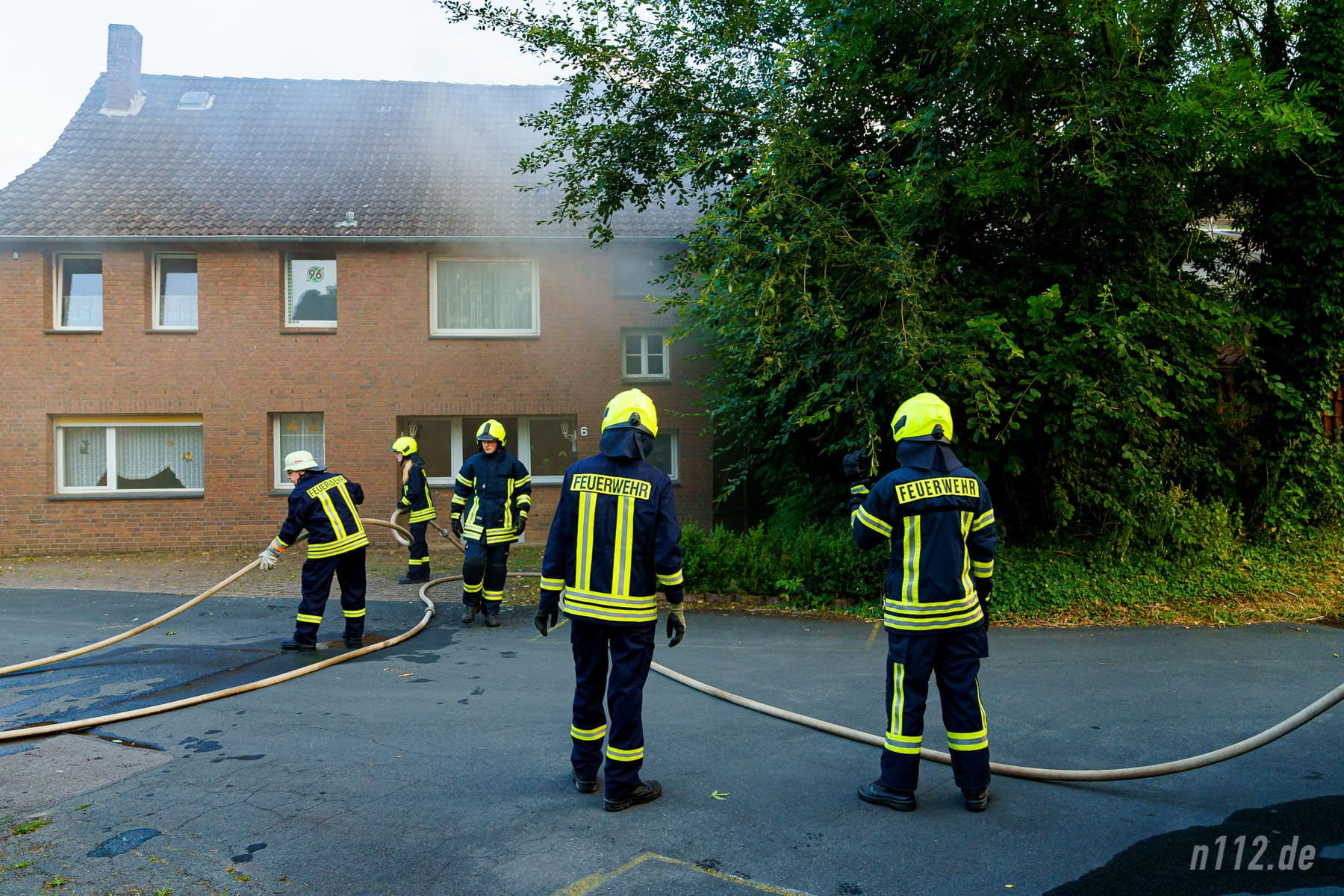 Das an die Scheune angrenze Wohnhaus wurde verraucht, konnte aber vor den Flammen gerettet werden (Foto: n112.de/Stefan Simonsen)