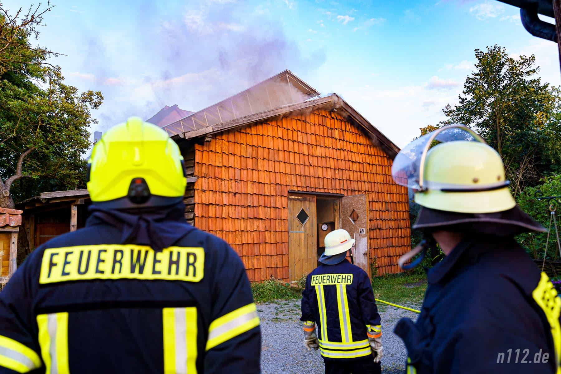 Qualm dringt aus der Werkstatt-Scheune: Das Feuer hatte sich unter das Dach gefressen! (Foto: n112.de/Stefan Simonsen)