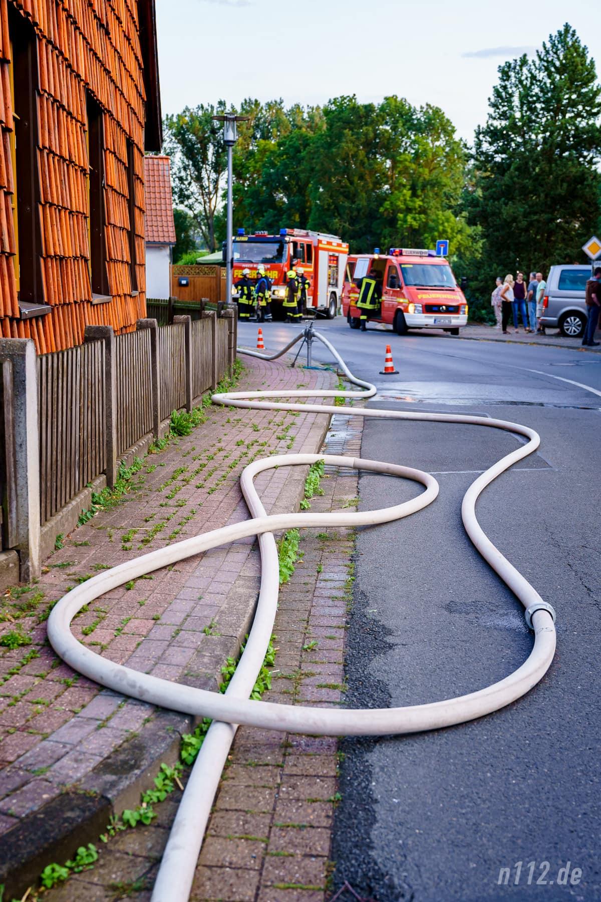 Insgesamt sechs Strahlrohre setzten die Helfer ein. Um die Wasserversorgung sicherzustellen, bauten die Ehrenamtlichen etliche Zuleitungen von Hydranten zu den Pumpen der Löschfahrzeugen auf (Foto: n112.de/Stefan Simonsen)