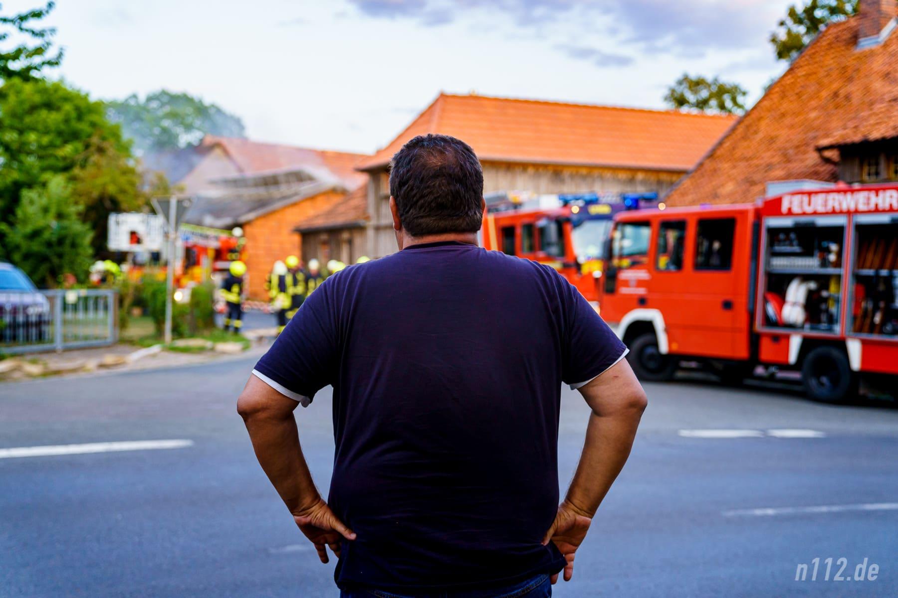 Ein Anwohner beobachtet die Löscharbeiten (Foto: n112.de/Stefan Simonsen)