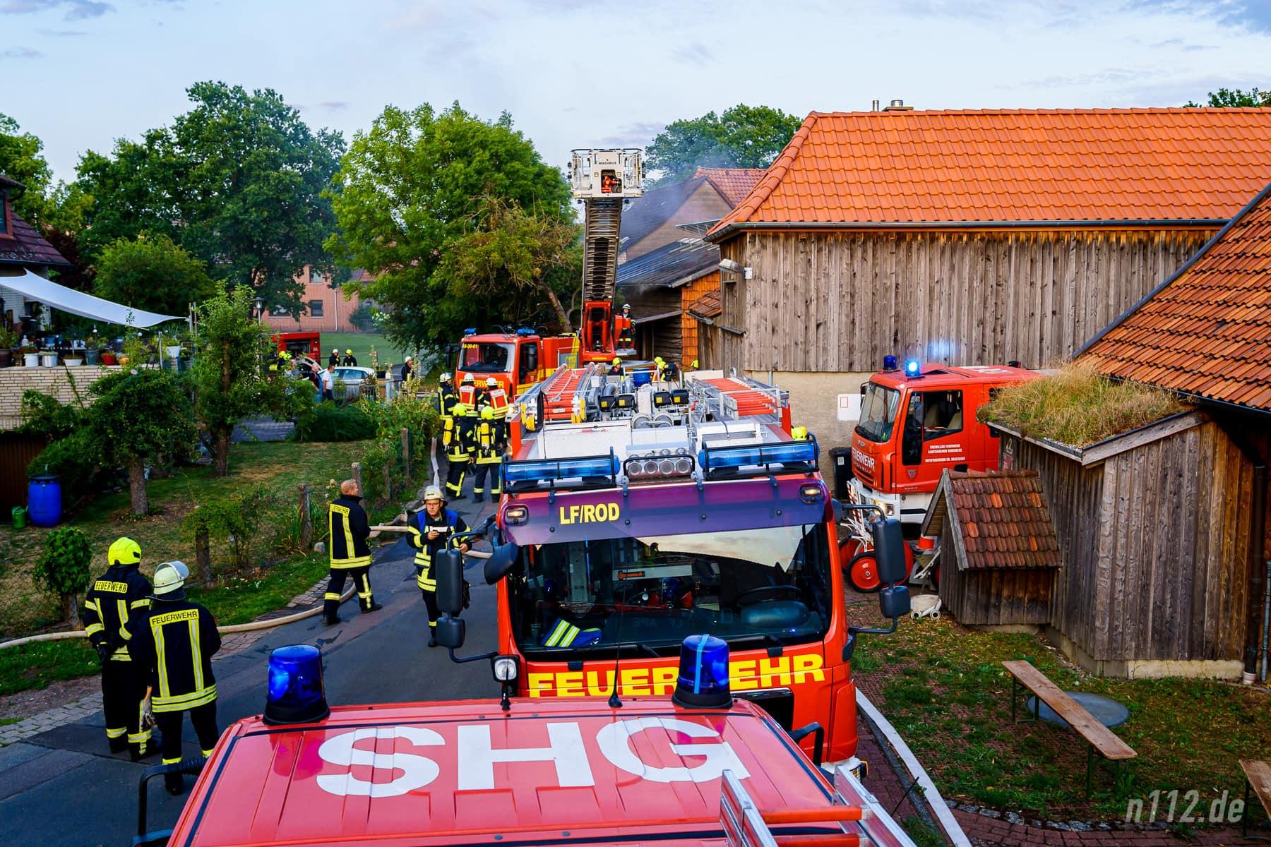 Feuerwehrfahrzeuge stehen in Soldorf (Foto: n112.de/Stefan Simonsen)