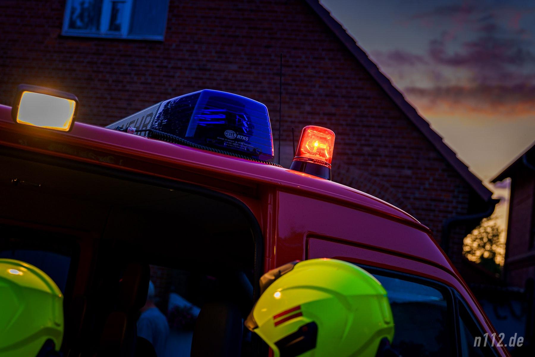 Das rote Rundumlicht gibt es nur einmal an einer Einsatzstelle: Es weist alle ankommenden Feuerwehrleute darauf hin, wo sich die Einsatzleitung befindet, bei der sie sich anmelden müssen. (Foto: n112.de/Stefan Simonsen)