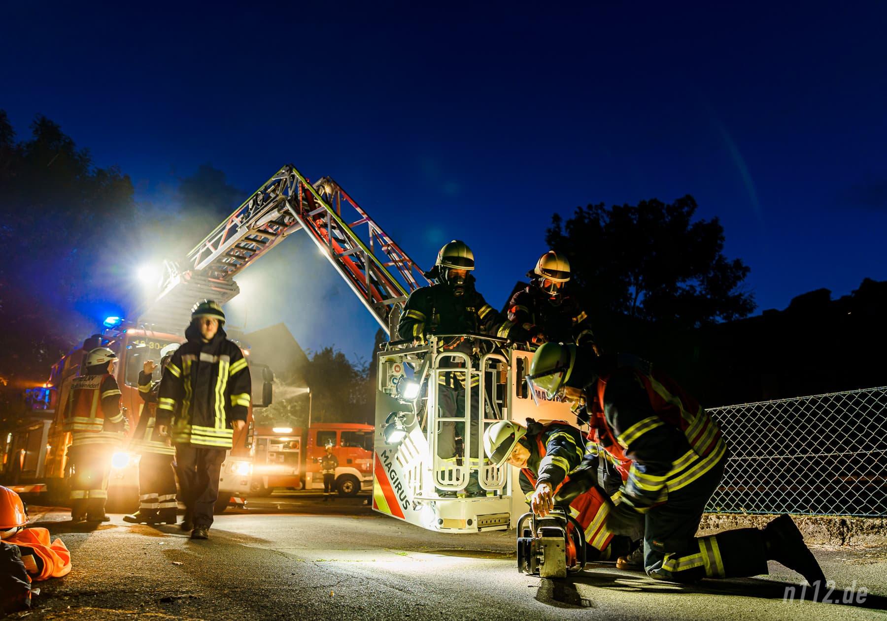 Feuerwehrleute bereiten eine spezielle Motorsäge zum Öffnen der Dachhaus vor (Foto: n112.de/Stefan Simonsen)