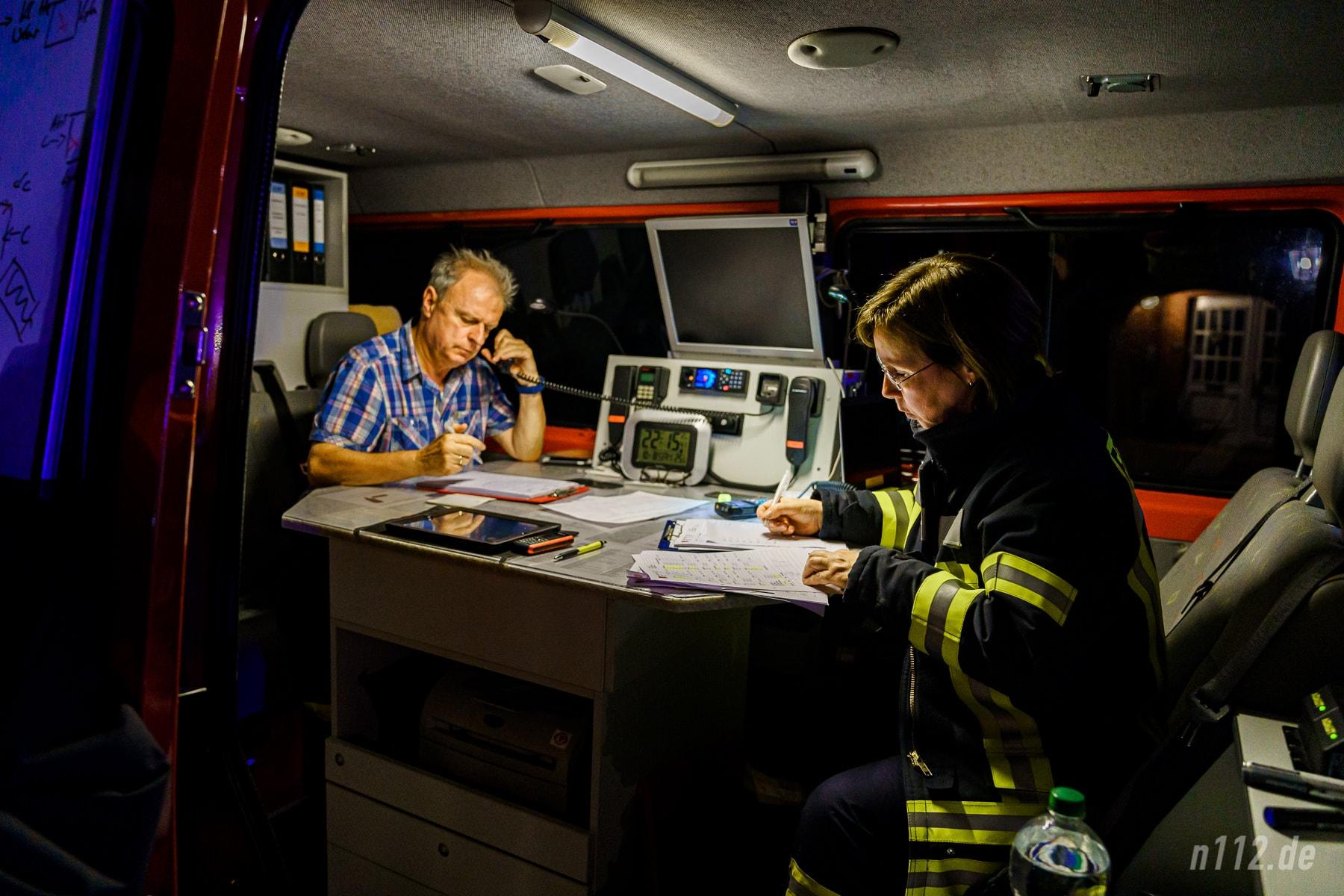 Bis spät in die Nacht dokumentierte das ehrenamtliche Team des Einsatzleitwagens (ELW) die Arbeit der über 170 Feuerwehrleute und stellte die Kommunikation zwischen Leitstelle und der Einsatzstelle sicher (Foto: n112.de/Stefan Simonsen)