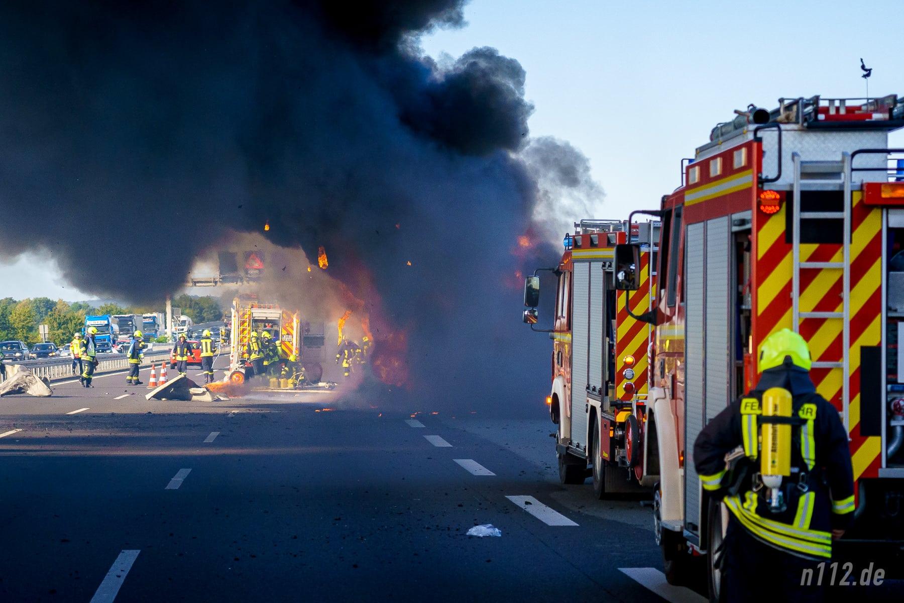 Schwarzer Rauch quillt aus dem LKW. Ein Löschfahrzeug ist am LKW vorbeigefahren, um in Windrichtung löschen zu können. (Foto: n112.de/Stefan Simonsen)