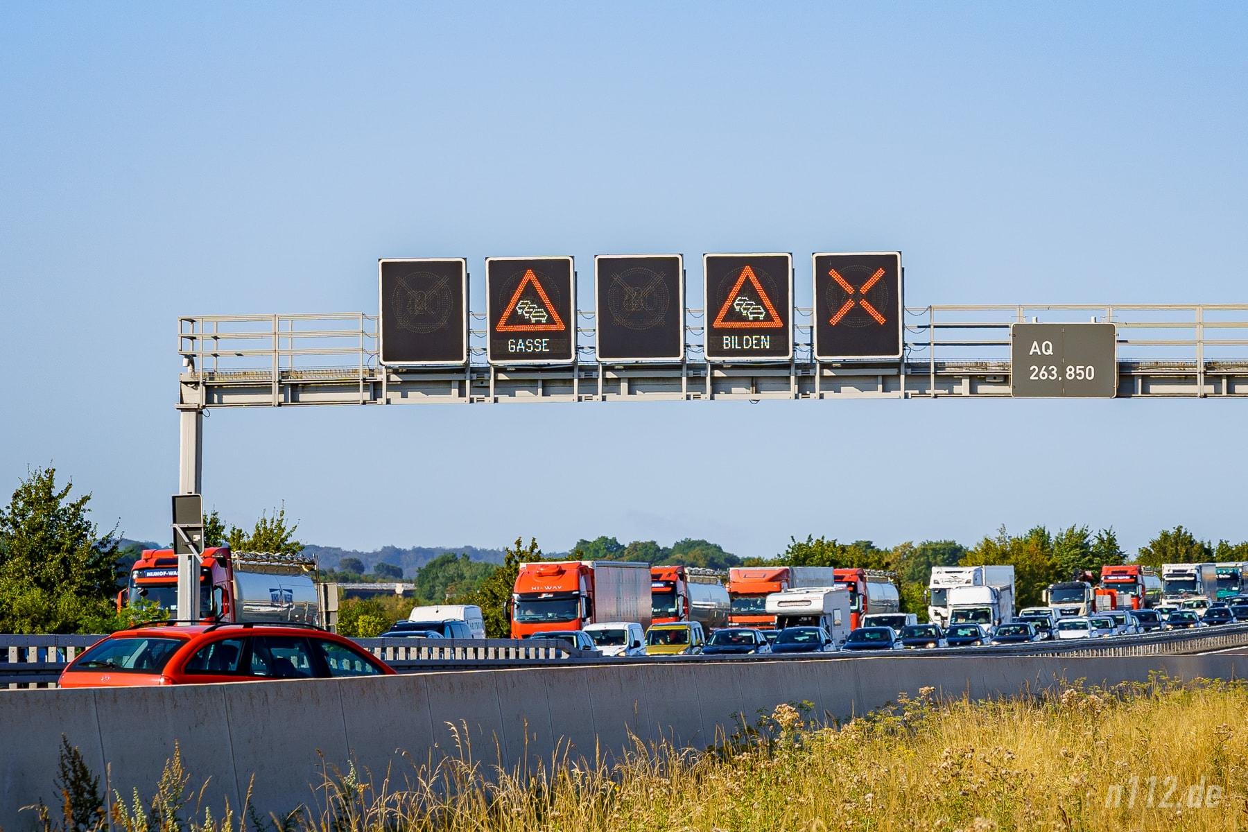 """""""Gasse bilden"""" an der Schilderbrücke der A2 (Foto: n112.de/Stefan Simonsen)"""