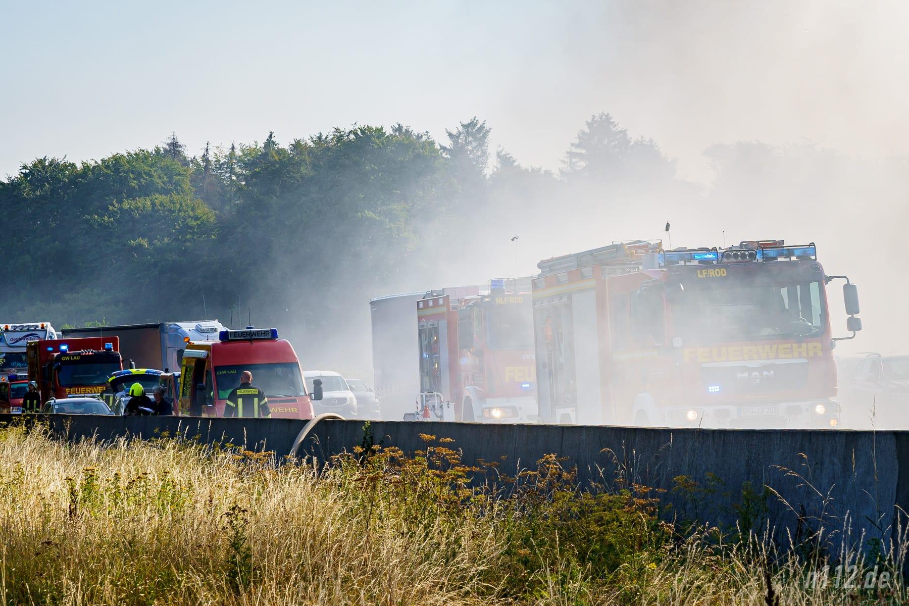 Feuerwehrfahrzeuge und im Stau Wartende stehen im Rauch (Foto: n112.de/Stefan Simonsen)