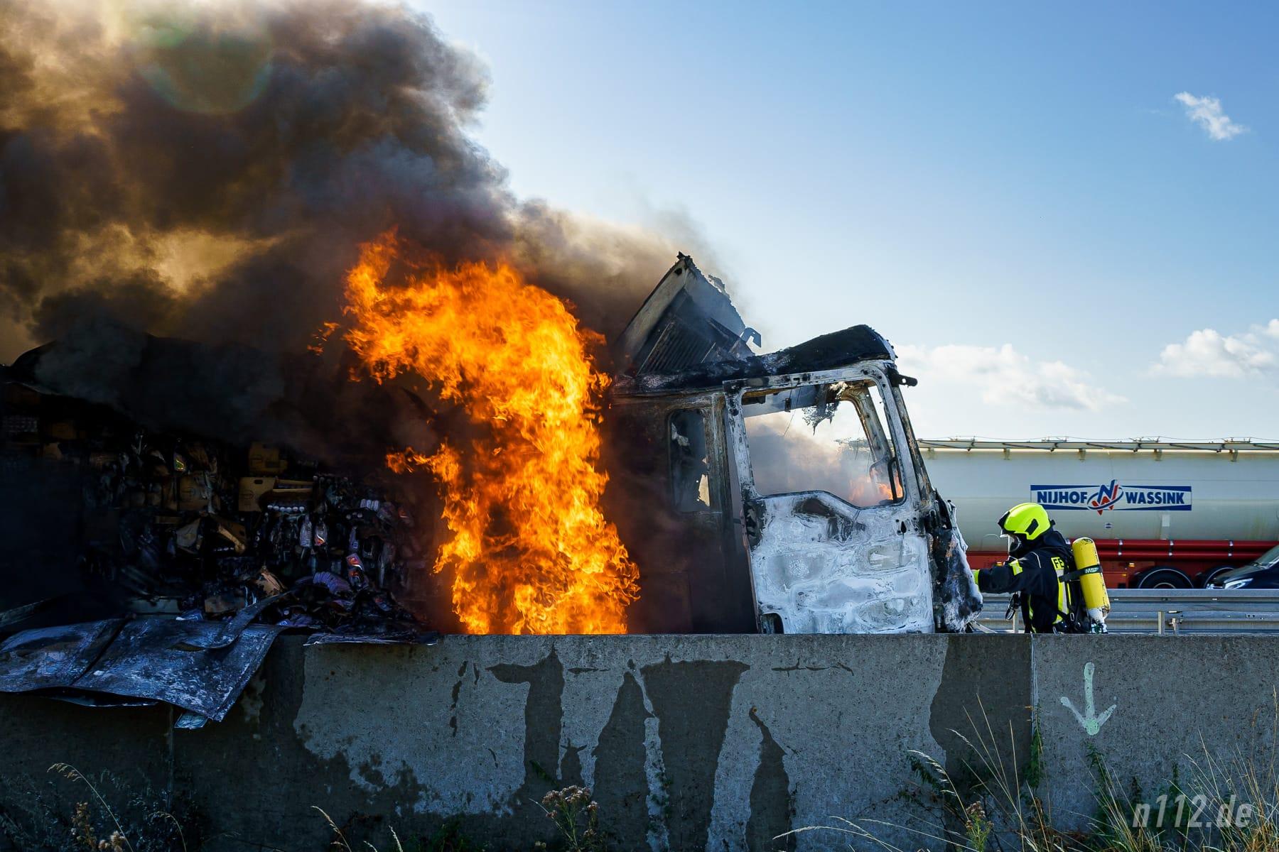 Hohe Flammen schlagen aus dem brennenden Lastwagen (Foto: n112.de/Stefan Simonsen)