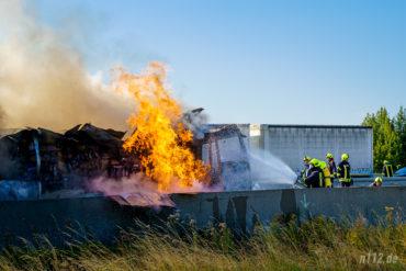 Hohe Flammen schlagen aus dem mit Schampoo- und Duschgelflaschen beladenen LKW. (Foto: n112.de/Stefan Simonsen)Lastwagen