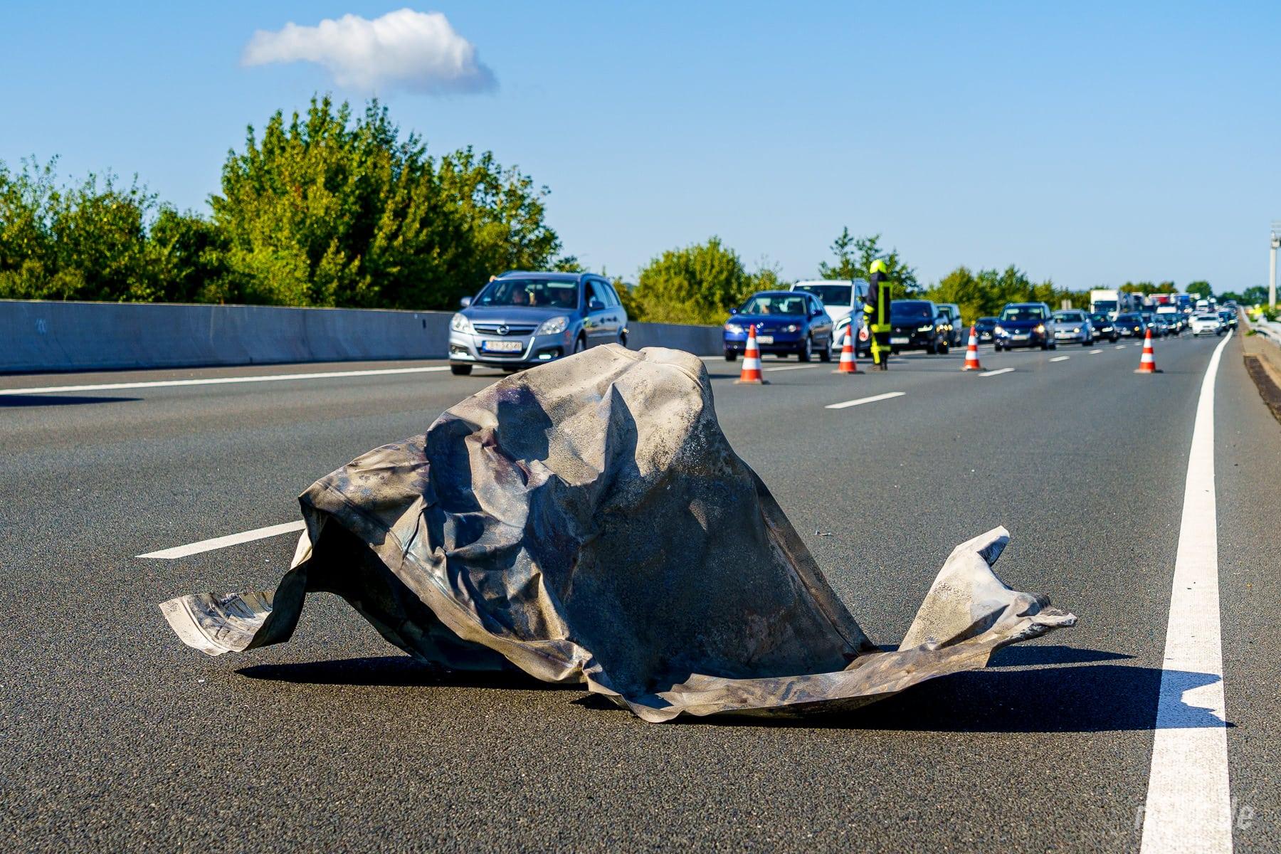 Platzende Reifen haben ein Metallteil auf die Gegenfahrbahn geschleudert (Foto: n112.de/Stefan Simonsen)
