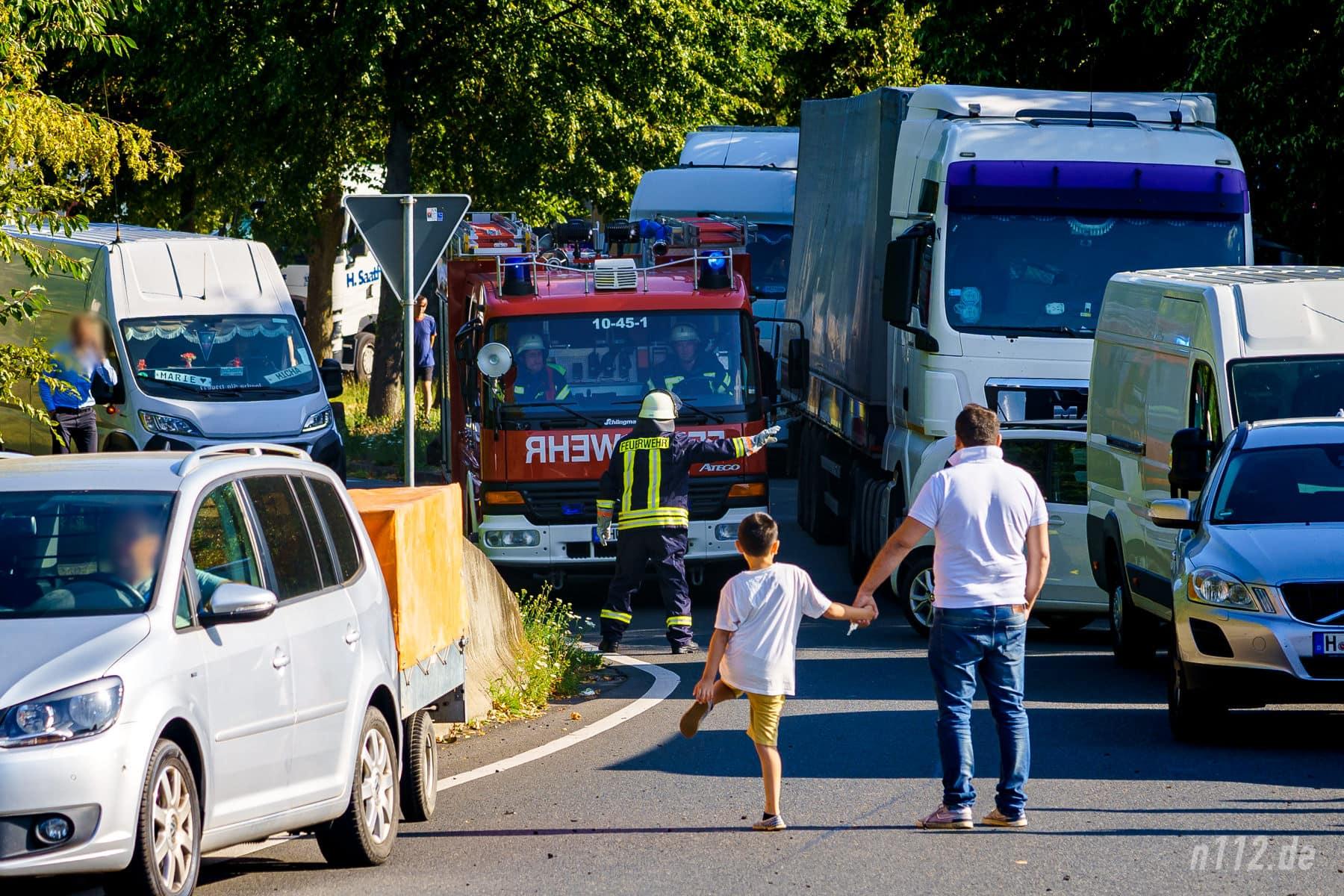 Fast kein Durchkommen: Das Löschgruppenfahrzeug aus Rehren kämpft sich auf dem Parkplatz Schafstrift durch Schaulustige und wartende Fahrzeuge (Foto: n112.de/Stefan Simonsen)