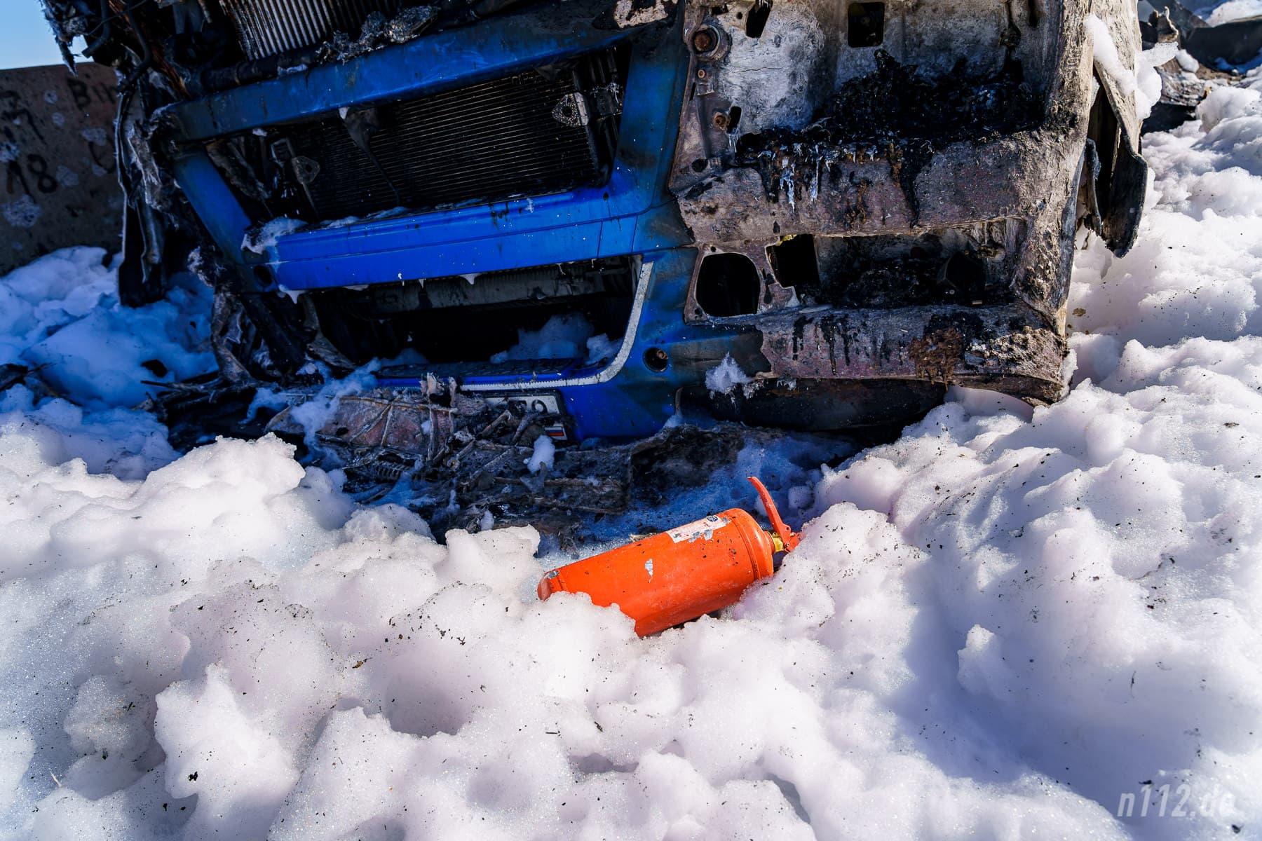 Ein Feuerlöscher liegt vor der ausgebrannten Zugmaschine (Foto: n112.de/Stefan Simonsen)