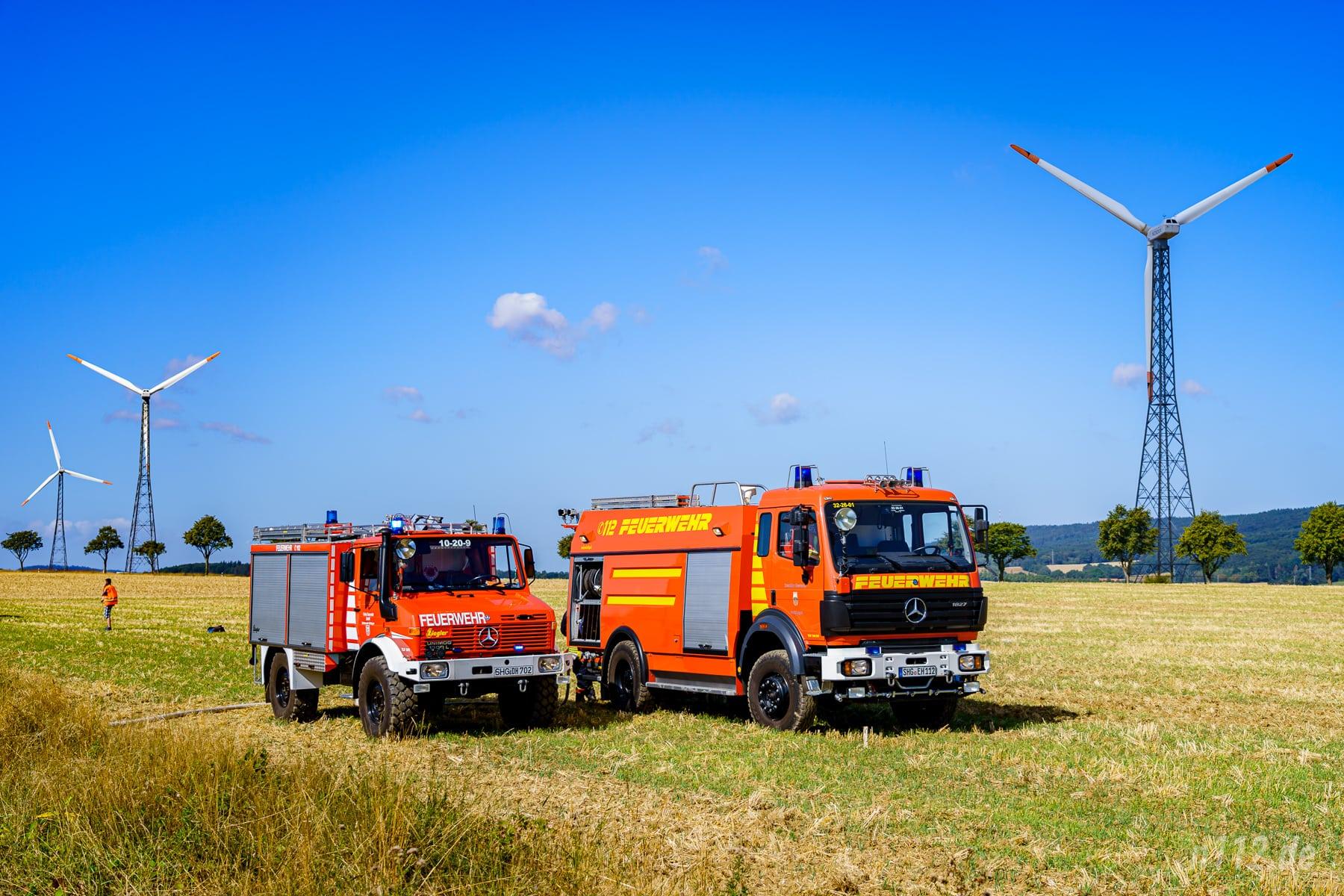 Das TLF 24/50 aus Stadhagen steht zusammen mit einem Fahrzeug aus Rolfshagen auf dem Feld neben der Brandstelle (Foto: n112.de/Stefan Simonsen)