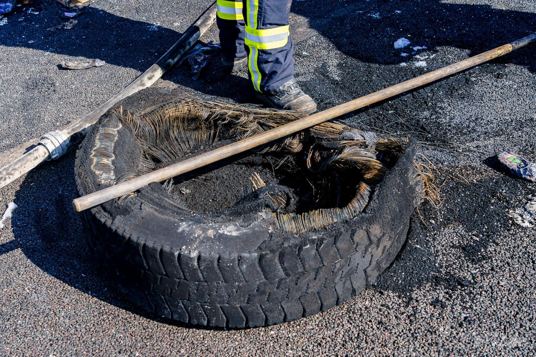 Einder der geplatzten LKW-Reifen (Foto: n112.de/Stefan Simonsen)