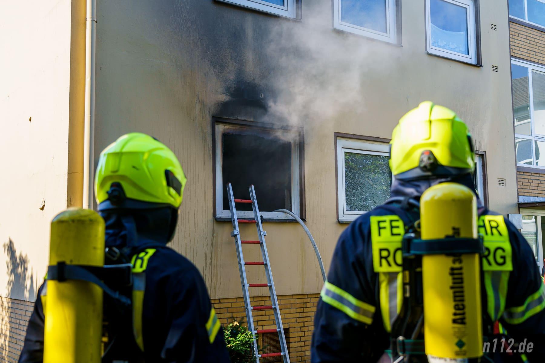 Rauch quillt aus dem Fenster im Erdgeschoss an der Horster Straße (Foto: n112.de/Stefan Simonsen)