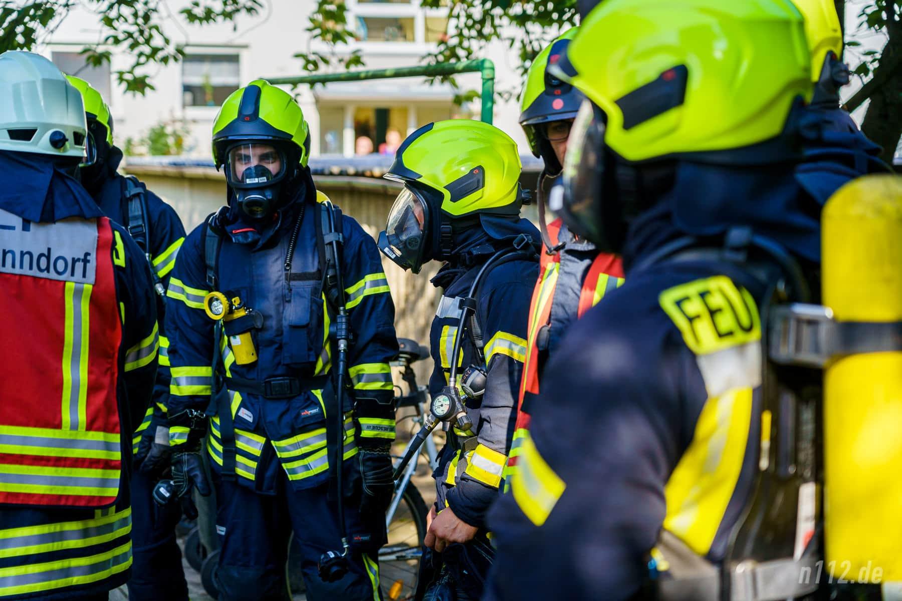 Atemschutzträger warten auf ihren Einsatz. Erst dann wird das Mundstück mit der Luftzufuhr auf die Maske gesteckt (Foto: n112.de/Stefan Simonsen)