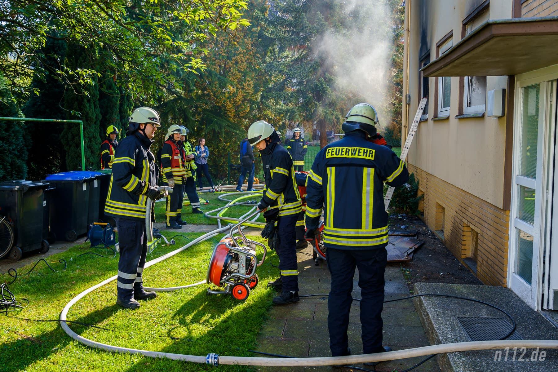 Mit einem Druckbelüfter, also was wie ein kraftvoller Ventilator, wurde der giftige Rauch aus der Wohnung und dem Treppenhaus geblasen (Foto: n112.de/Stefan Simonsen)