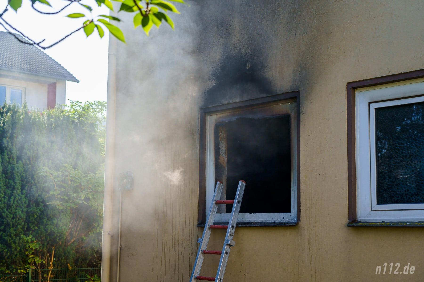 Rauch dringt aus der Erdgeschosswohnung. Die Flammen hatten bereits die Fassade geschwärzt (Foto: n112.de/Stefan Simonsen)