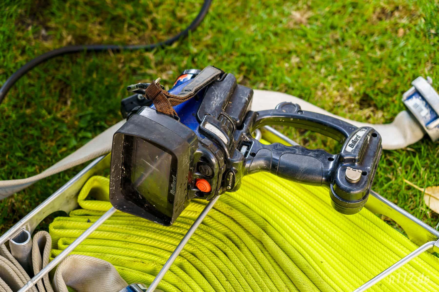 Teurer Lebensretter: Eine mit Ruß verdreckte Wärmebildkamera liegt nach dem Einsatz auf Schläuchen (Foto: n112.de/Stefan Simonsen)