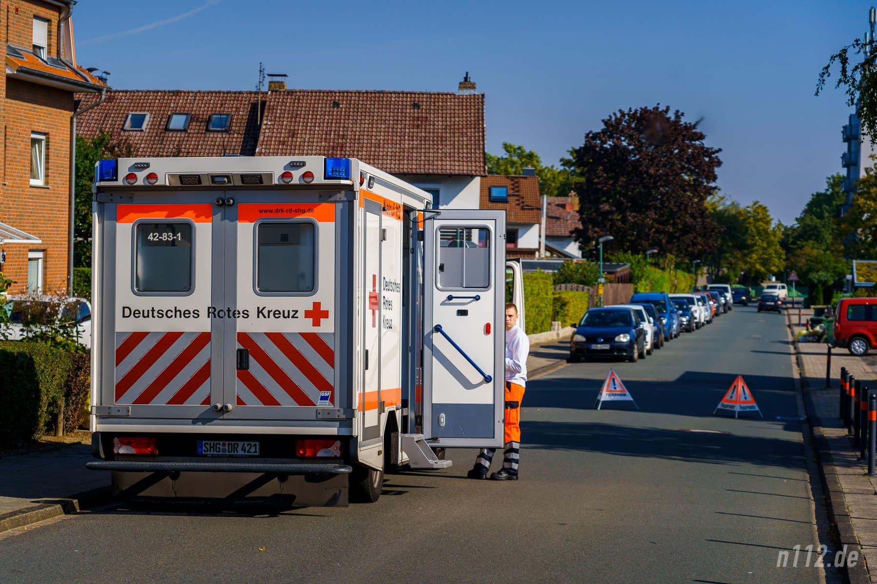 Klever: Der Rettungsdienst parkt in einer Nebenstraße. Dadurch kann der Rettungswagen schnell mit einem Patienten losfahren und steht nicht im Weg herum. Trotz Absperrung fuhren übrigens immer wieder Autos durch die Einsatzstelle... (Foto: n112.de/Stefan Simonsen)