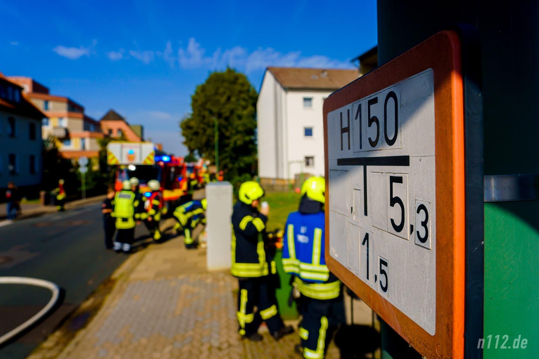 Diese Hinweisschilder zeigen Feuerwehrleuten, wo sich die nächsten Hydrantenöffnungen in der Straße befinden, in diesem Fall 5,3 Meter vom Schild nach rechts und 1,5 Meter zur Straße hin (Foto: n112.de/Stefan Simonsen)