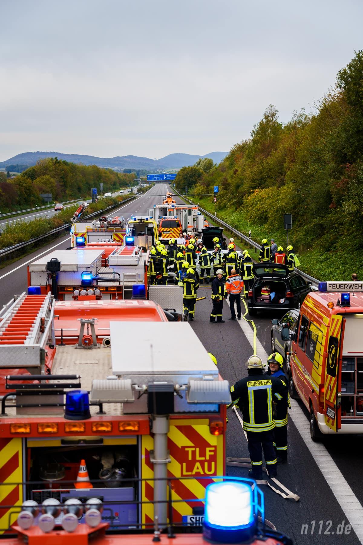 Wie eine Wagenburg: Feuerwehrautos schützen die Helfer vor dem Verkehr (Foto: n112.de/Stefan Simonsen)