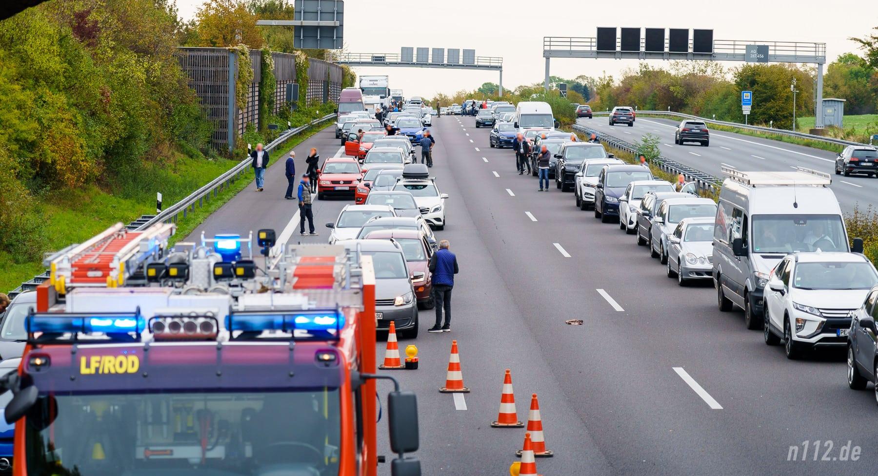 Autofahrer haben eine Rettungsgasse gebildet und warten auf ihre Weiterfahrt (Foto: n112.de/Stefan Simonsen)
