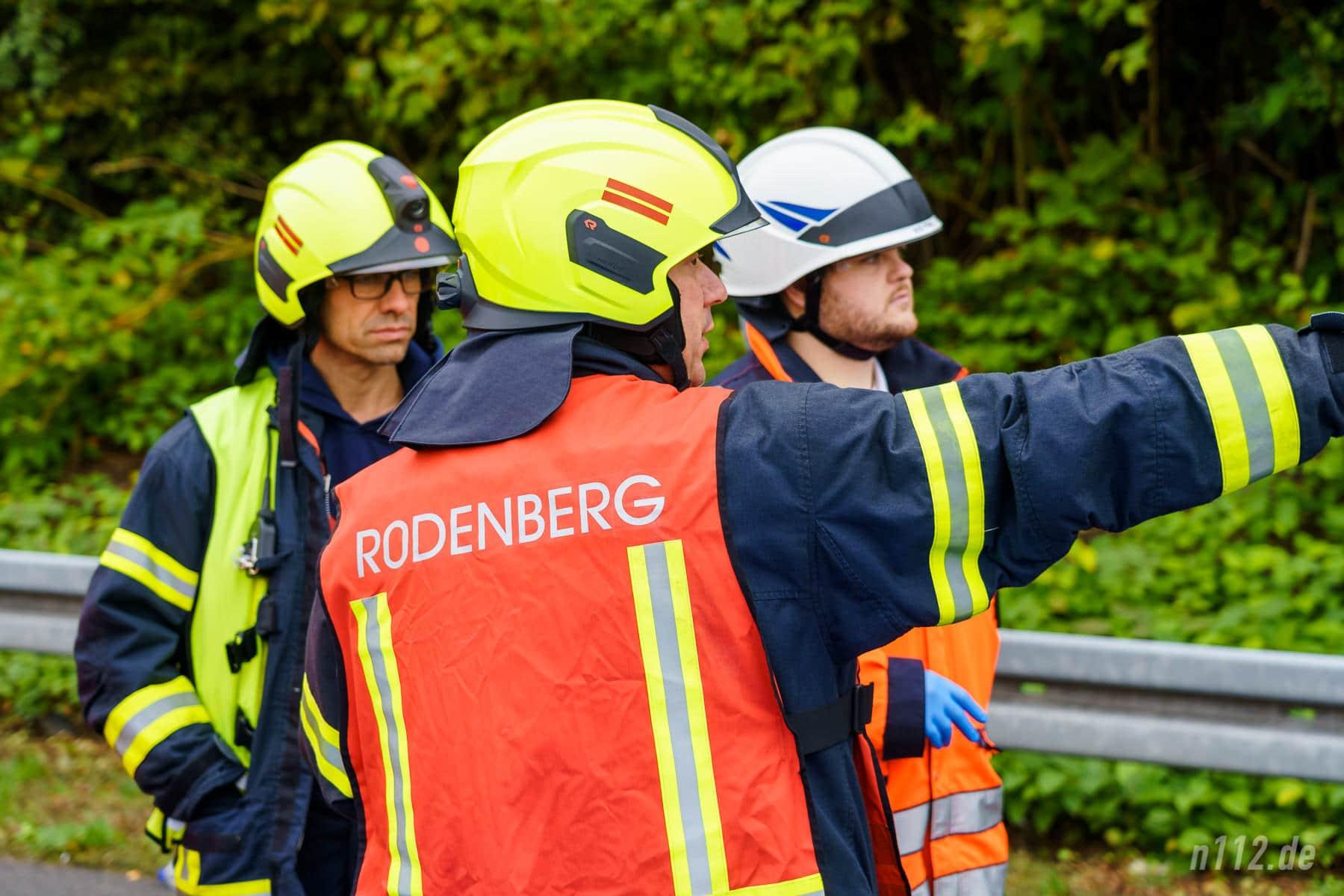 Lagebesprechung: Farbige Westen kennzeichnen Leitungsfunktionen (Foto: n112.de/Stefan Simonsen)