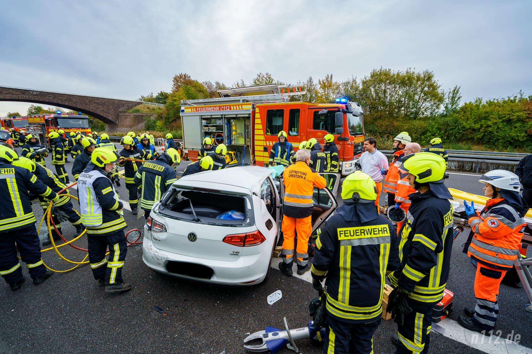 Feuerwehr und Rettungsdienst stehen am Auto, der Fahrer ist noch eingeschlossen (Foto: n112.de/Stefan Simonsen)
