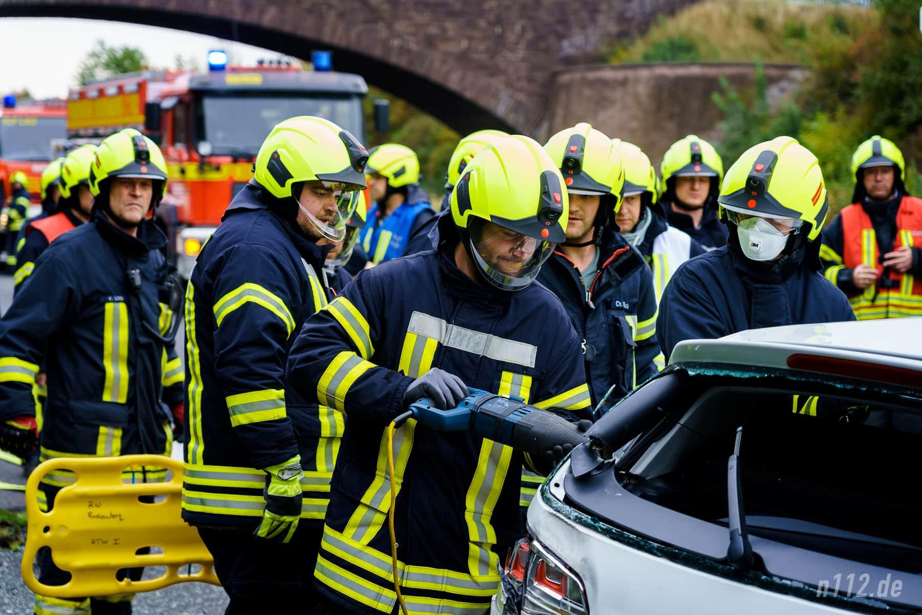 Die Säbelsäge in Aktion. Die Feuerwehr benötigt spezielle Sägeblätter für das Aufschneiden von Autos (Foto: n112.de/Stefan Simonsen)