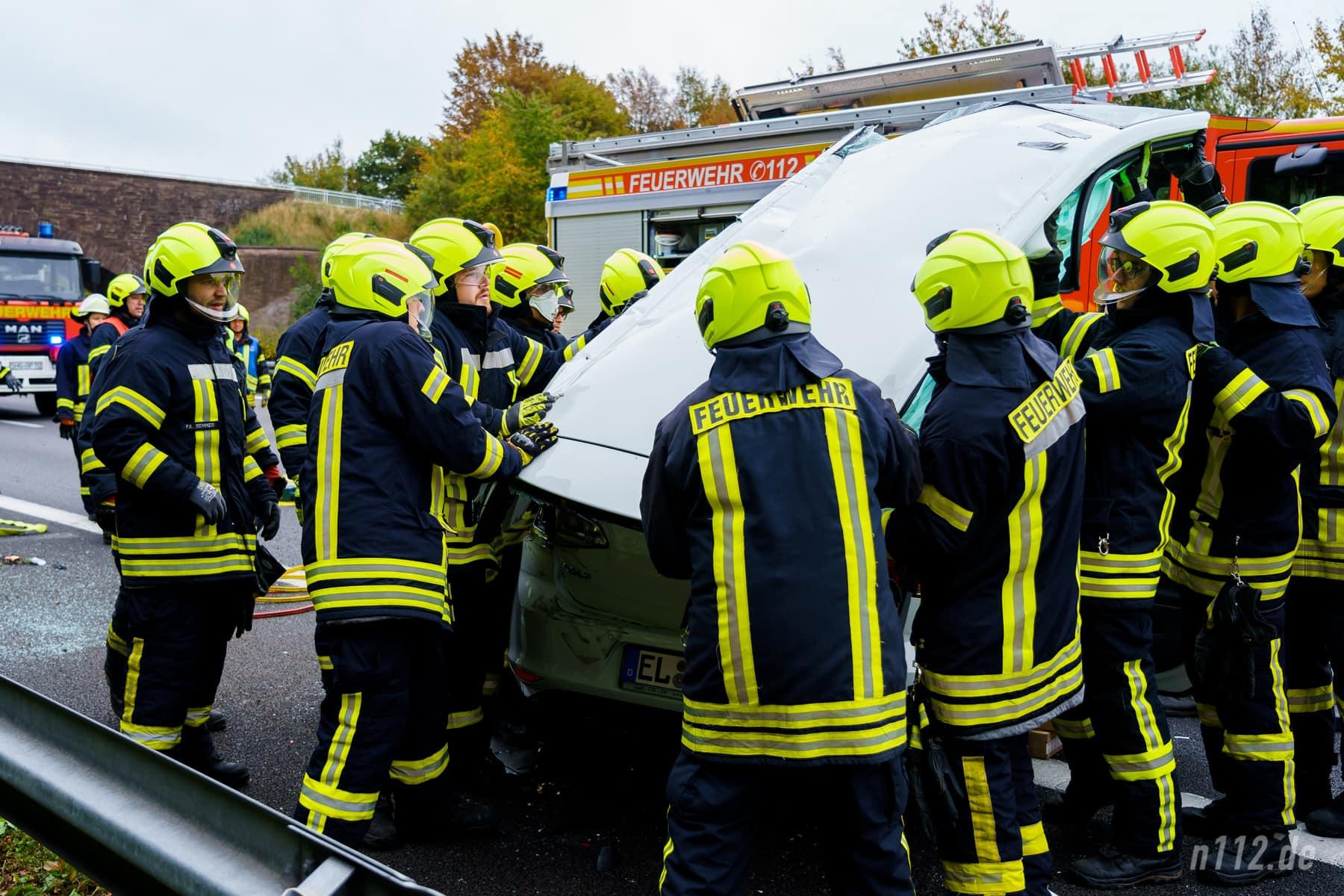 Das Dach ist ab und wird von mehreren Helfern vorsichtig weggetragen (Foto: n112.de/Stefan Simonsen)